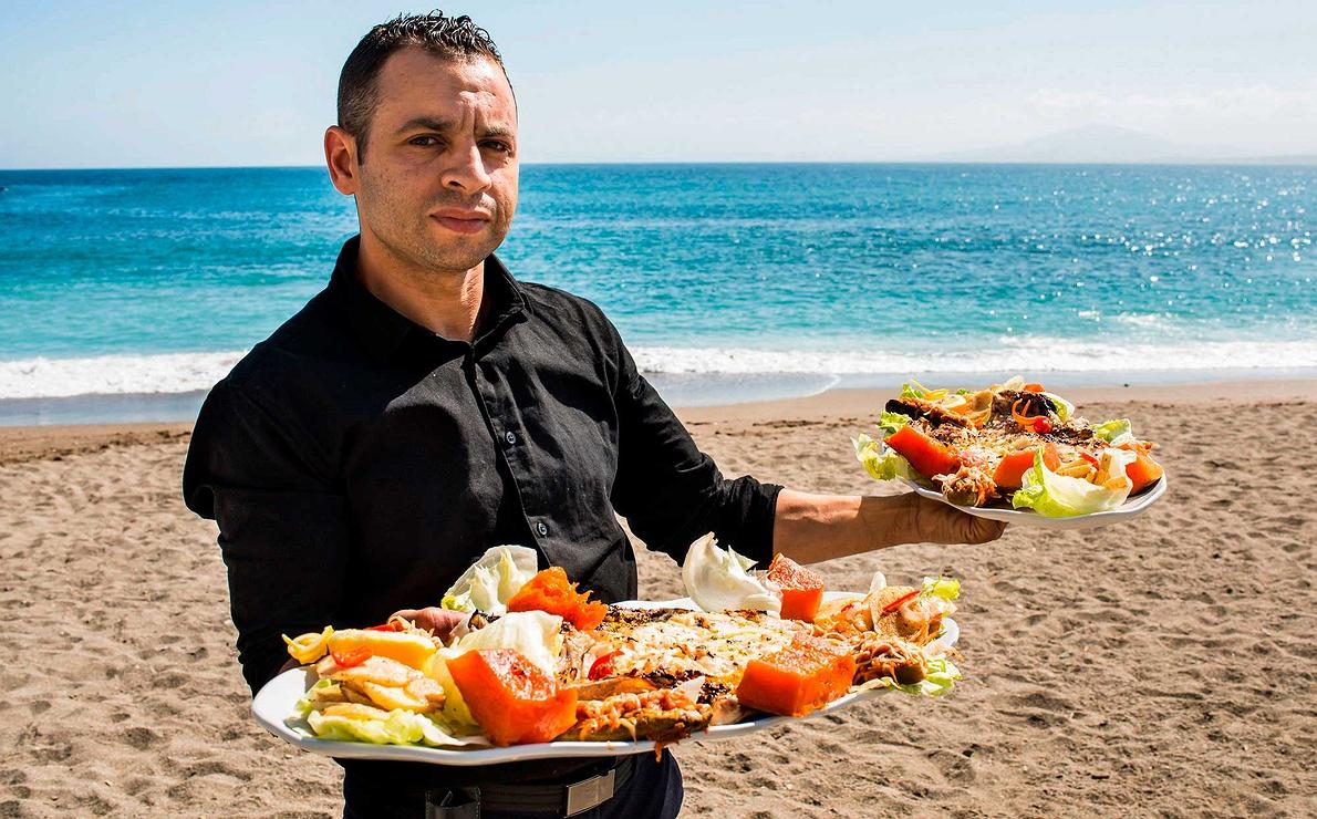 Ceuta - Camarero sirviendo en la playa de Ribera