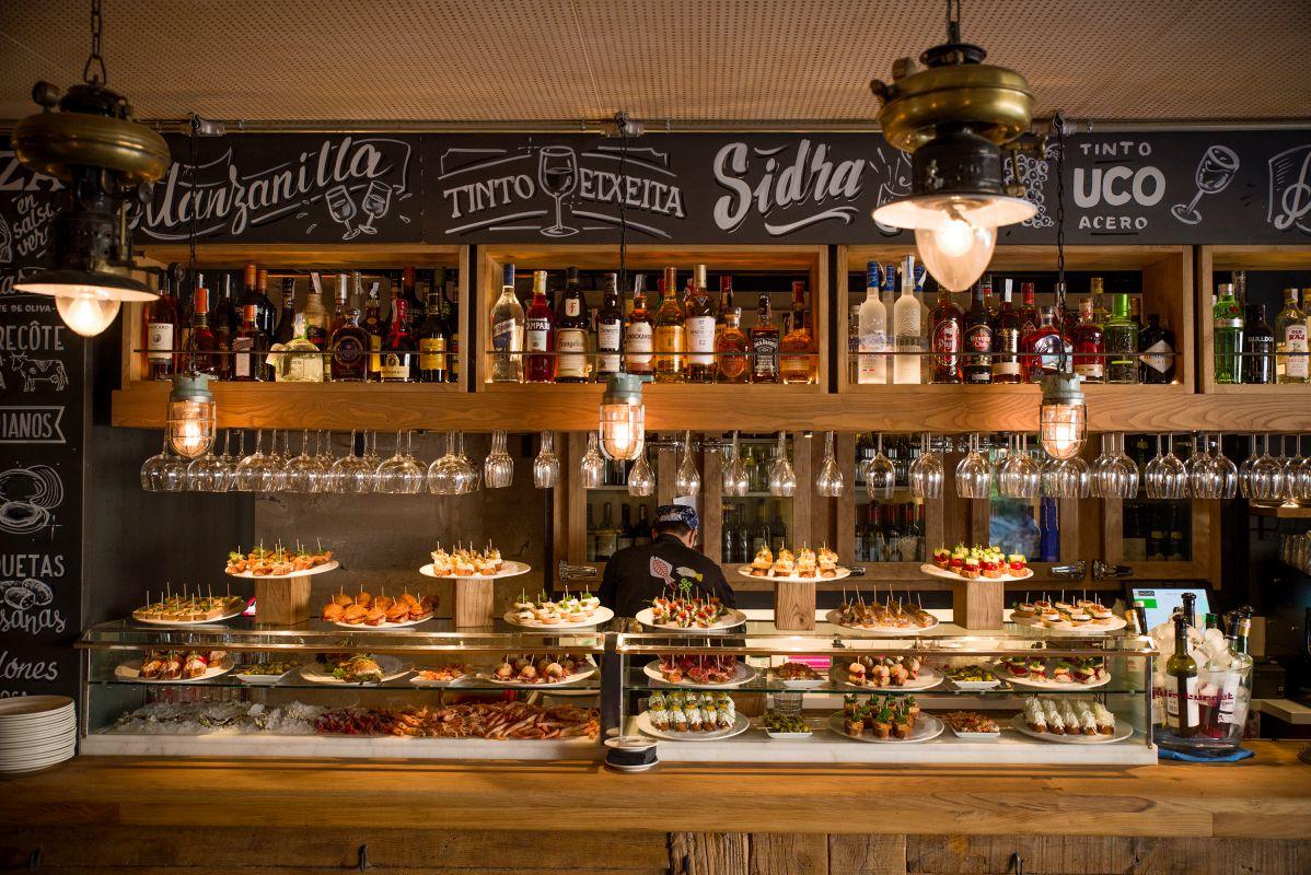 'Pintxos' y platos de la cocina clásica vasca son la apuesta de 'Orio Sevilla'.