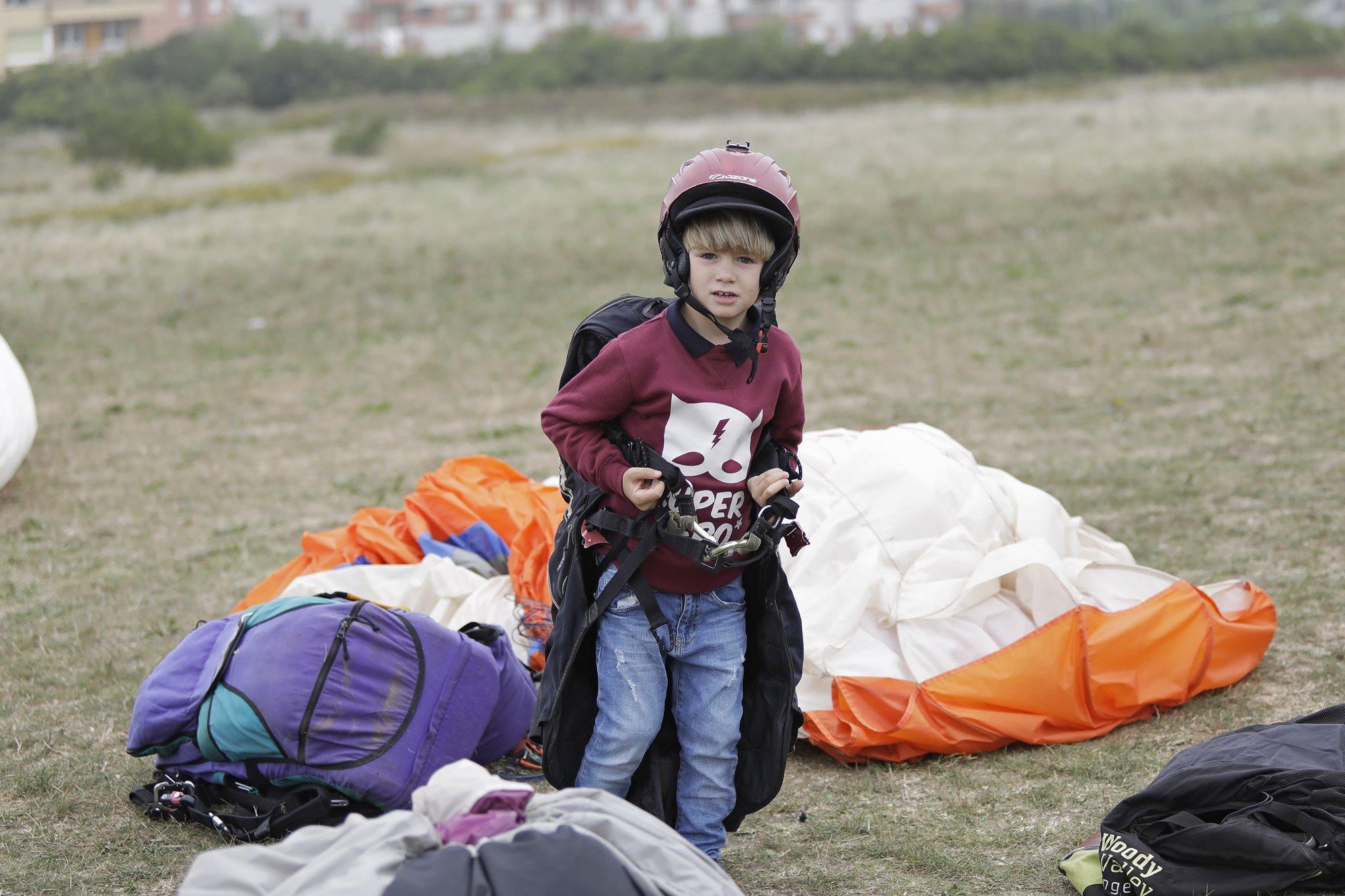 Matías, de cinco años, impresionado por las sensaciones durante el vuelo en parapente.
