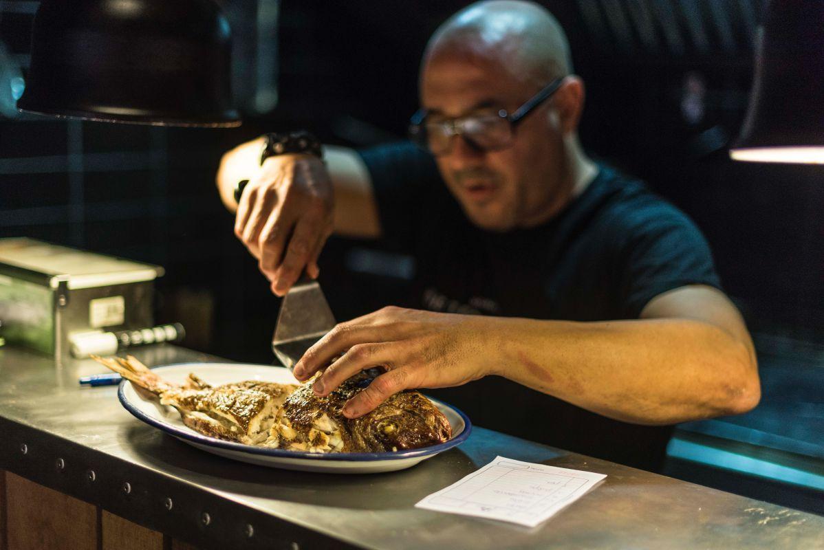 Desde las profundidades marinas del madrileño Barrio de las Letras, Carlos del Portillo propone probar pescados muy jugosos a la parrilla.