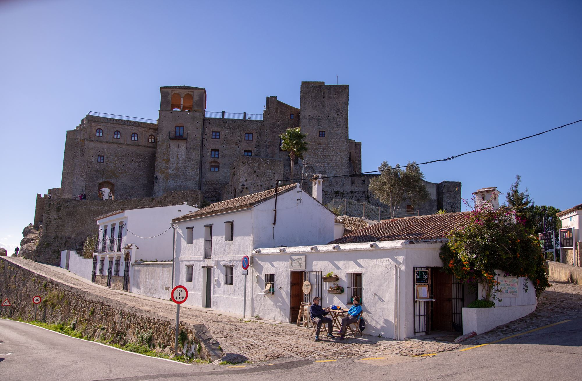 Los residentes siguen su vida cotidiana en las inmediaciones del castillo.