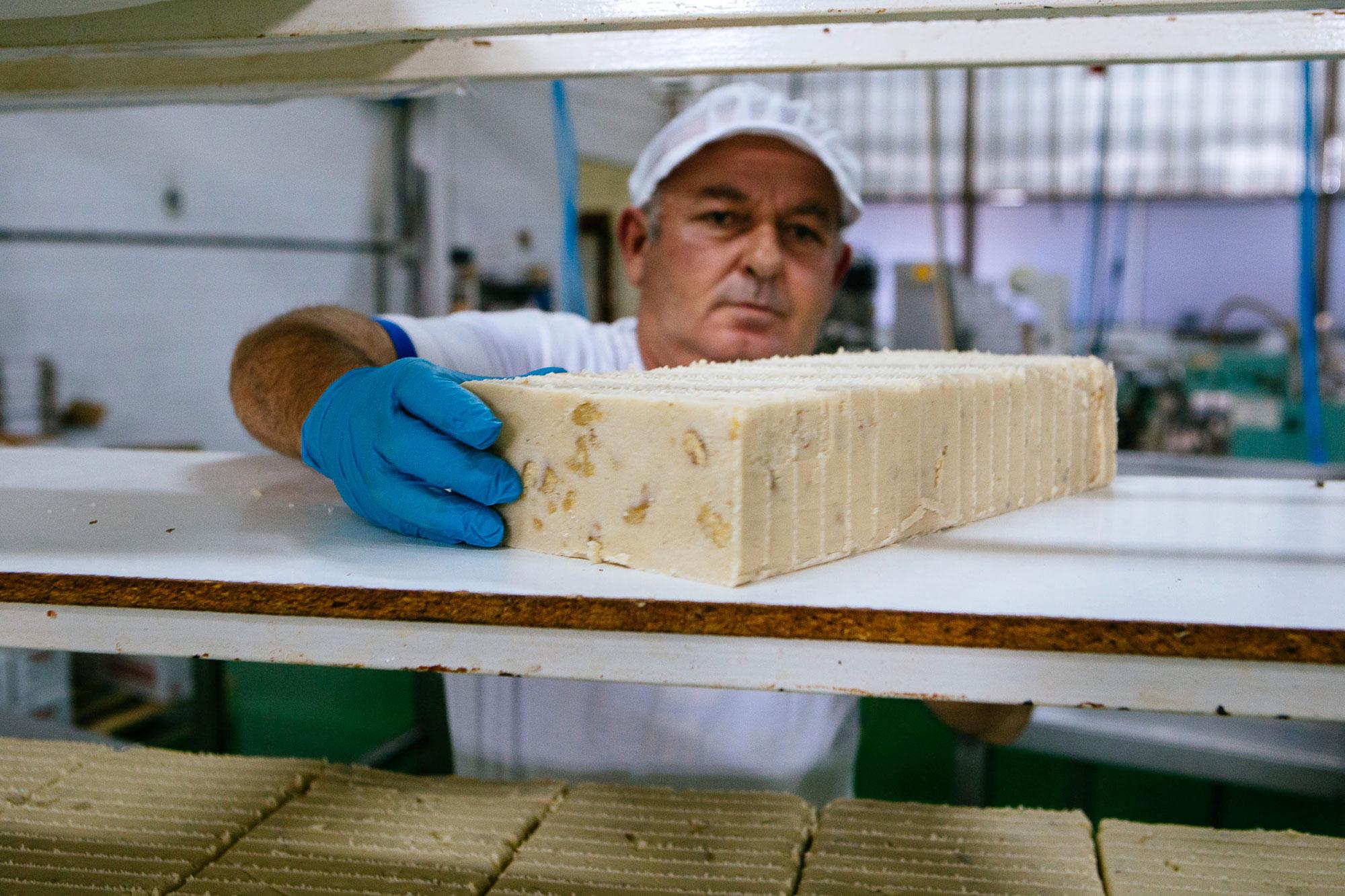 Gran parte de las familias de Castuera se dedican a la fabricación del dulce navideño por excelencia.