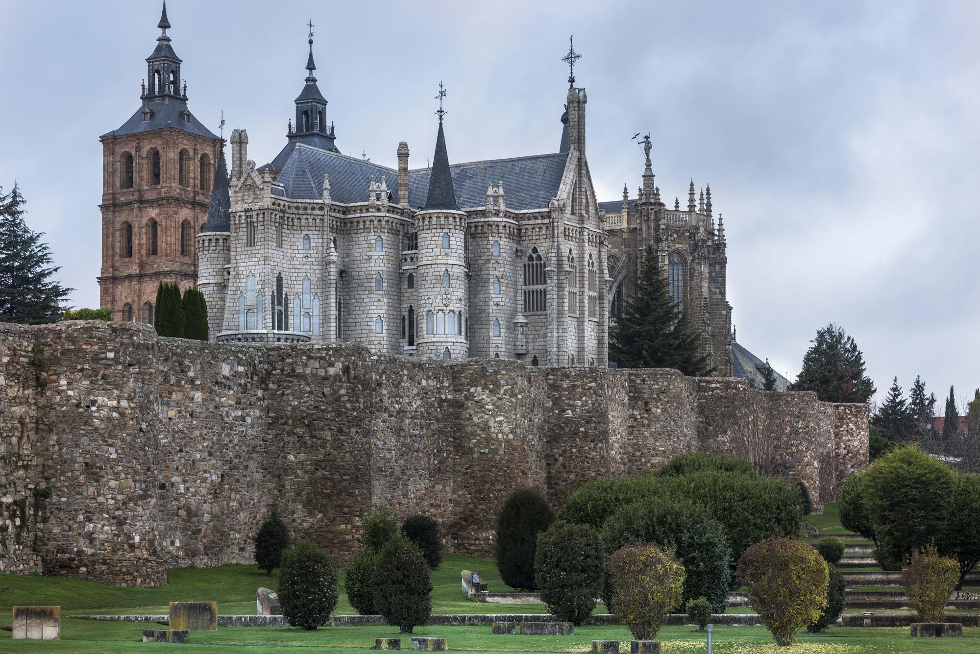 Una mezcla para algunos chic y para otros 'kitsch': la muralla romana, el gótico-barroco renacentista de la catedral y el modernismo del joven Gaudí.