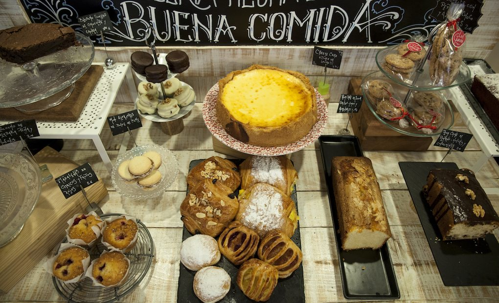 Mesa de repostería de 'La Guinda' con dulces argentinos. Foto: Garikoitz Díaz.