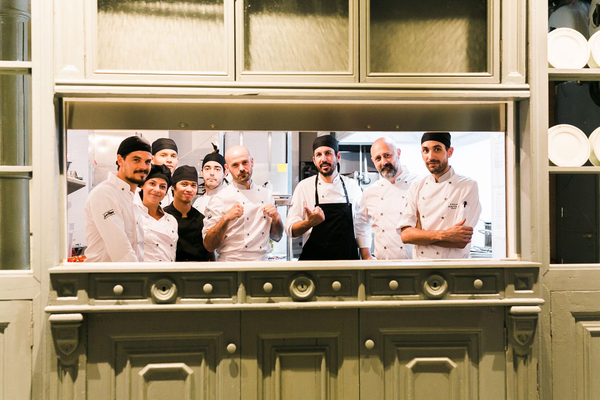 El chef Txemi Andrés Alonso con su equipo en la cocina. Foto: Casa Ràfols.