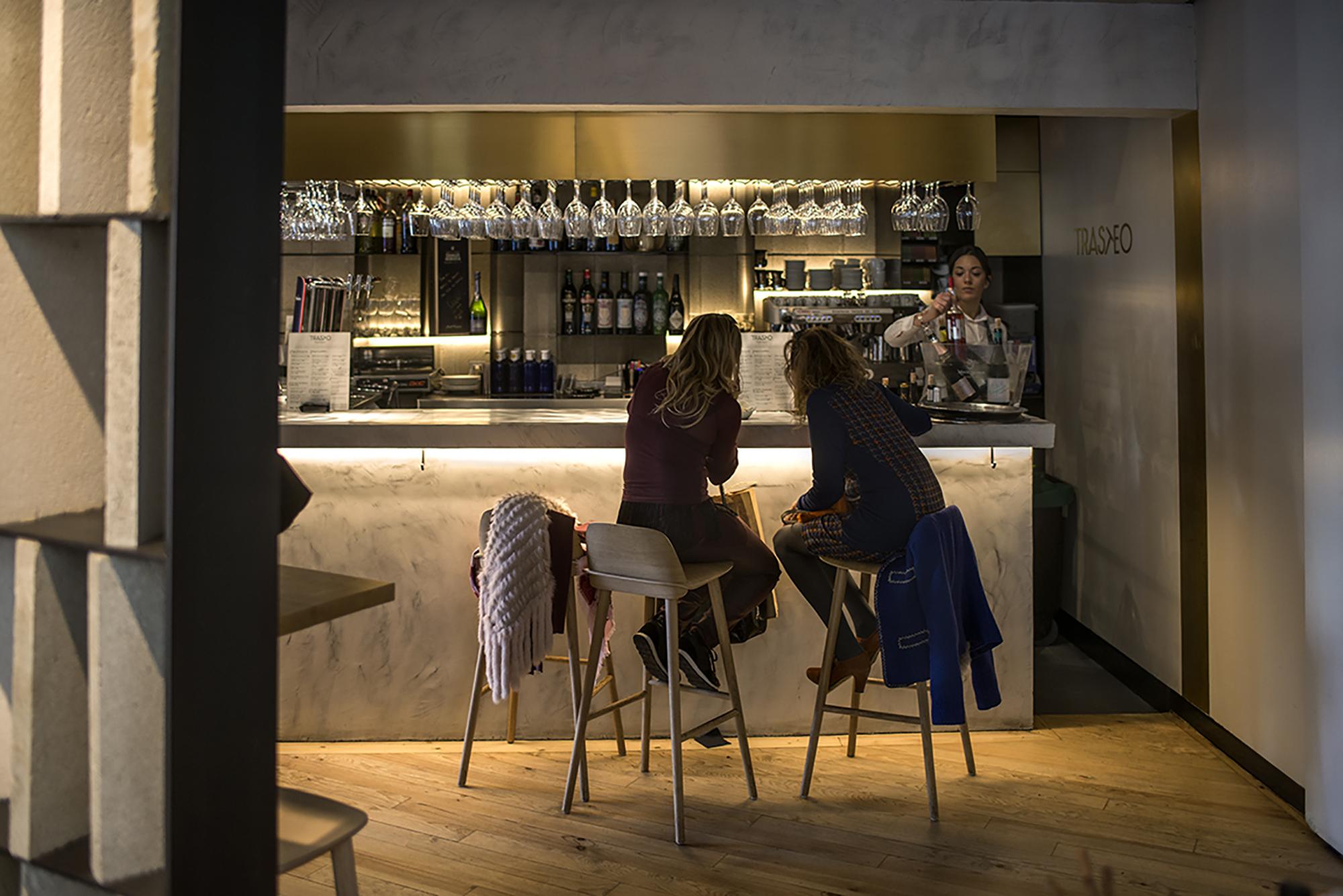 'Trasto' ofrece dos ambientes muy diferenciados: la barra para tapear y la sala para una comida más formal.