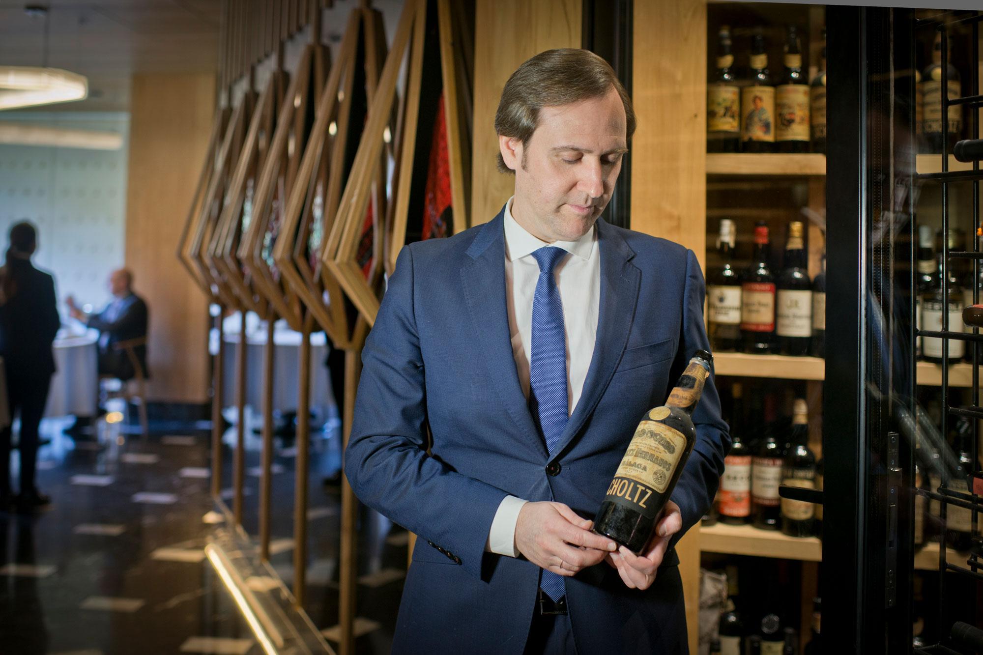 Valerio Carrera sostiene una de las joyas de la bodega: una botella Scholtz.