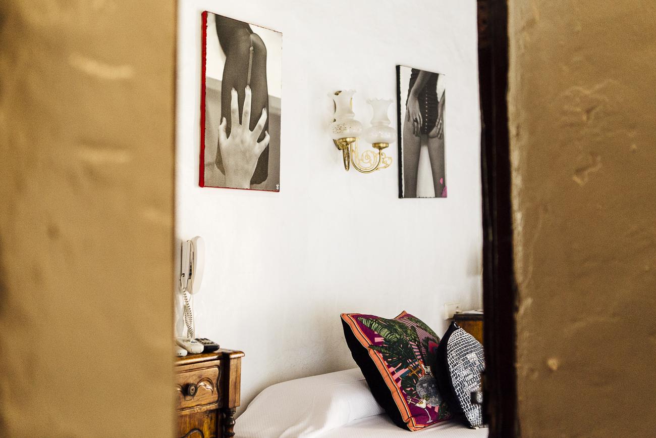 El 'Hotel Pikes' está decorado, entre una amalgama de estilos, con sugerentes fotos de Victor Spinelli. Foto: César Cid