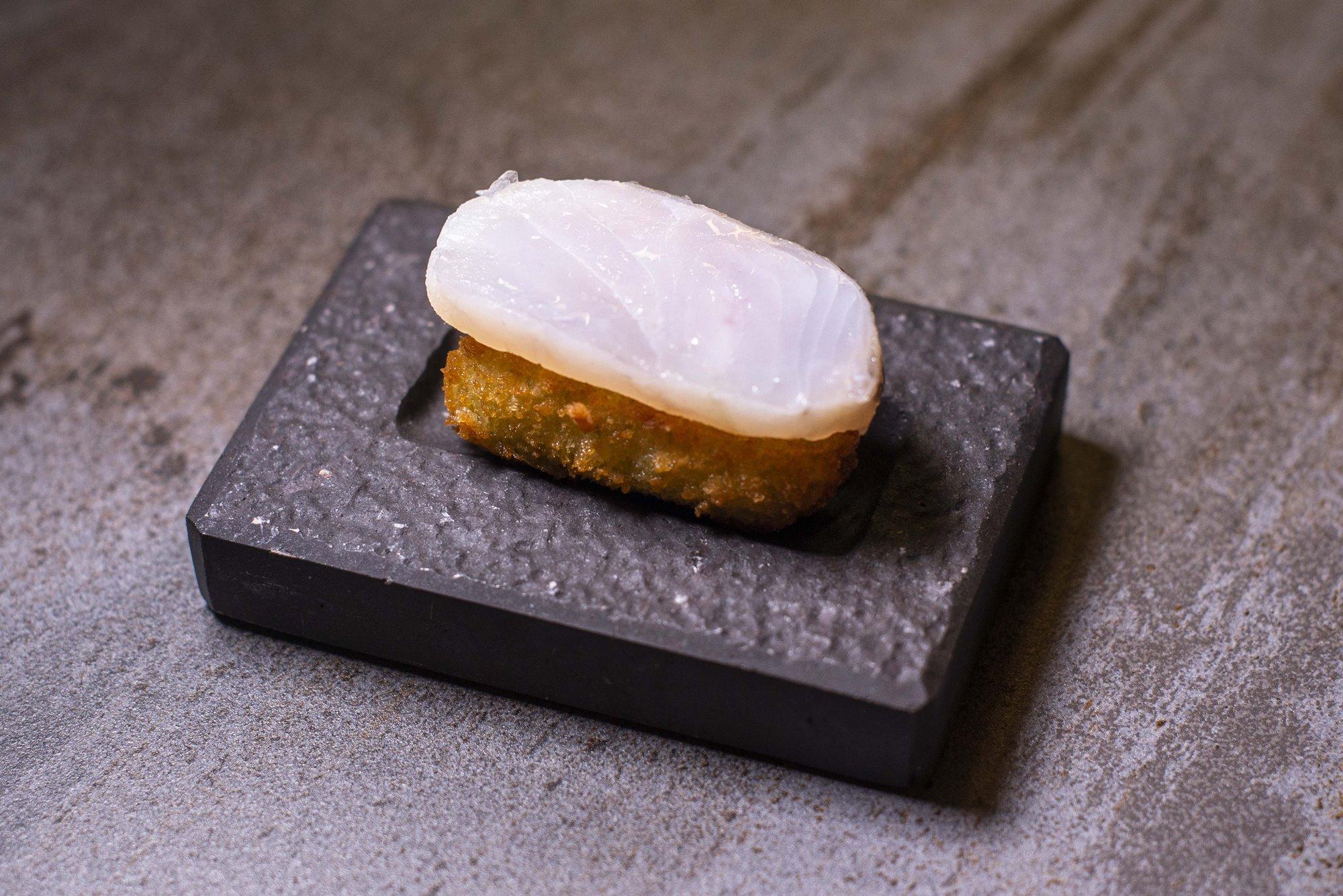 Así queda la croqueta 'nigiri' tras varias horas de preparación de la merluza.