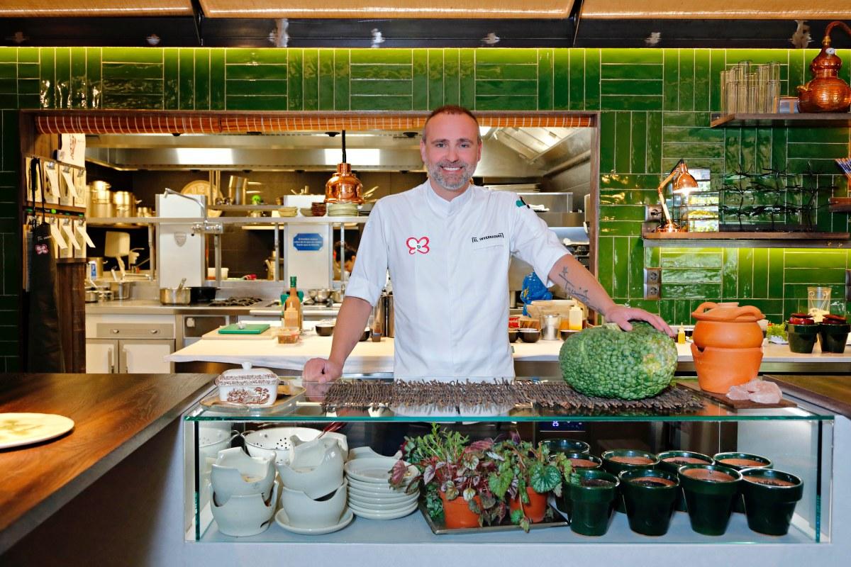 Rodrigo dispuesto a sorprenderte con su alta cocina verde.