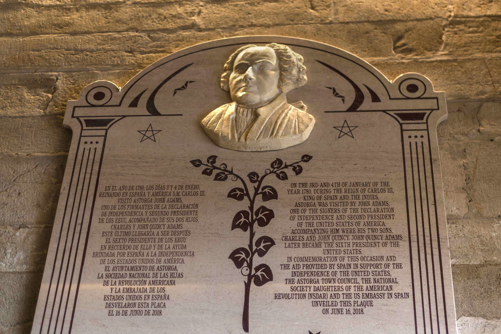 Placa dedicada al segundo presidente de los Estados Unidos.