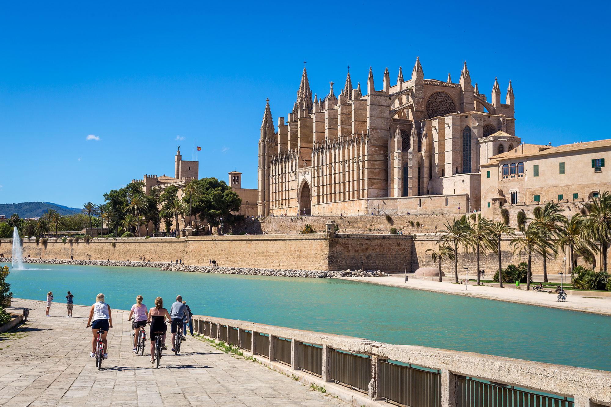 Listas para descubrir la bahía de Palma de Mallorca. Foto: Shutterstock.