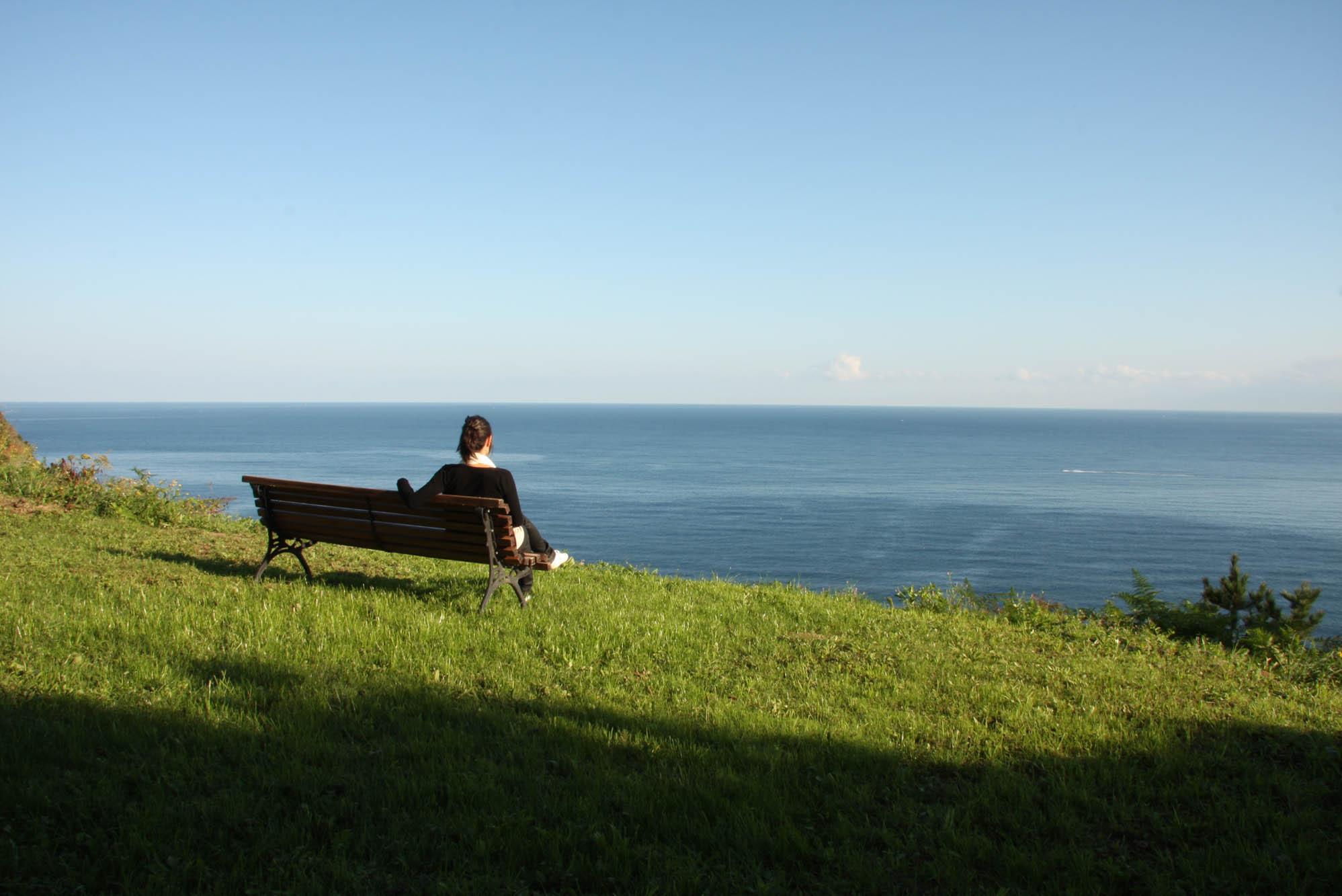 En el terreno de la casa hay varios bancos donde relajarse con las vistas. Foto: Gorka Ibargoyen