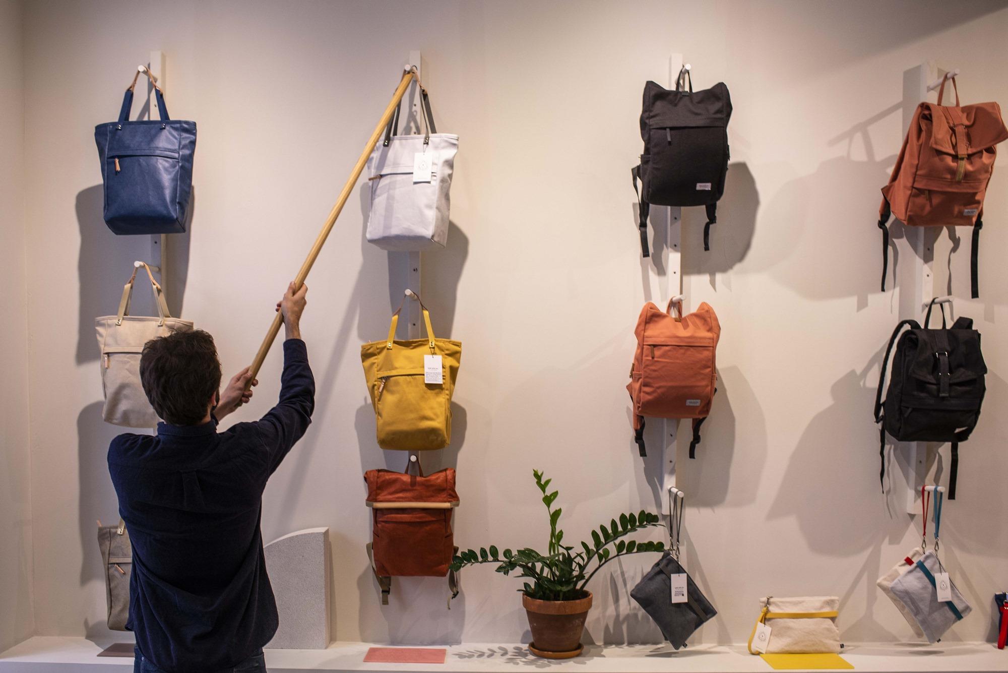 Los diseños de los bolsos y mochilas de Walk with me, simples y atractivos.
