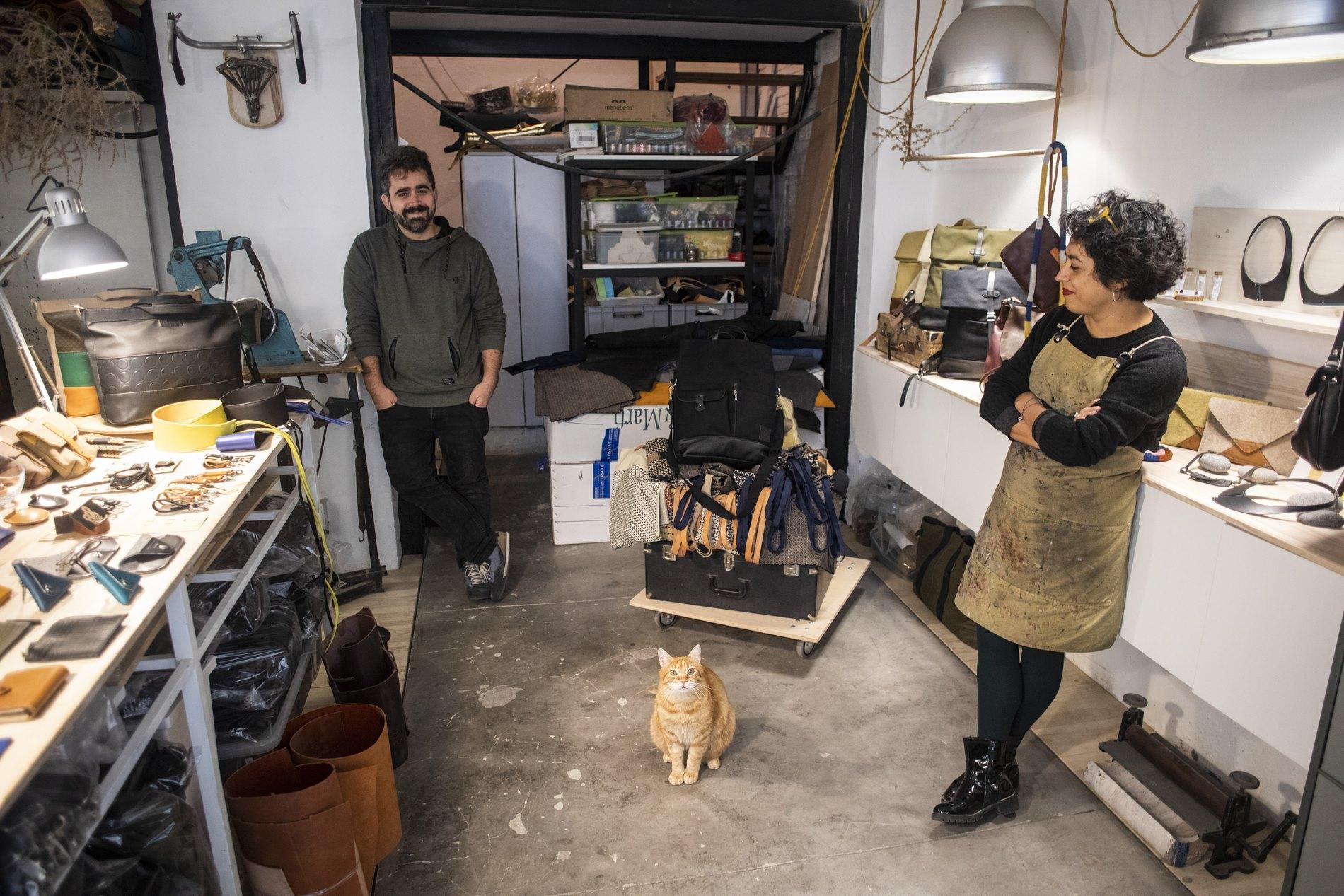 La mascota de los artesanos, Gattusso, es quien recibe siempre a los clientes.