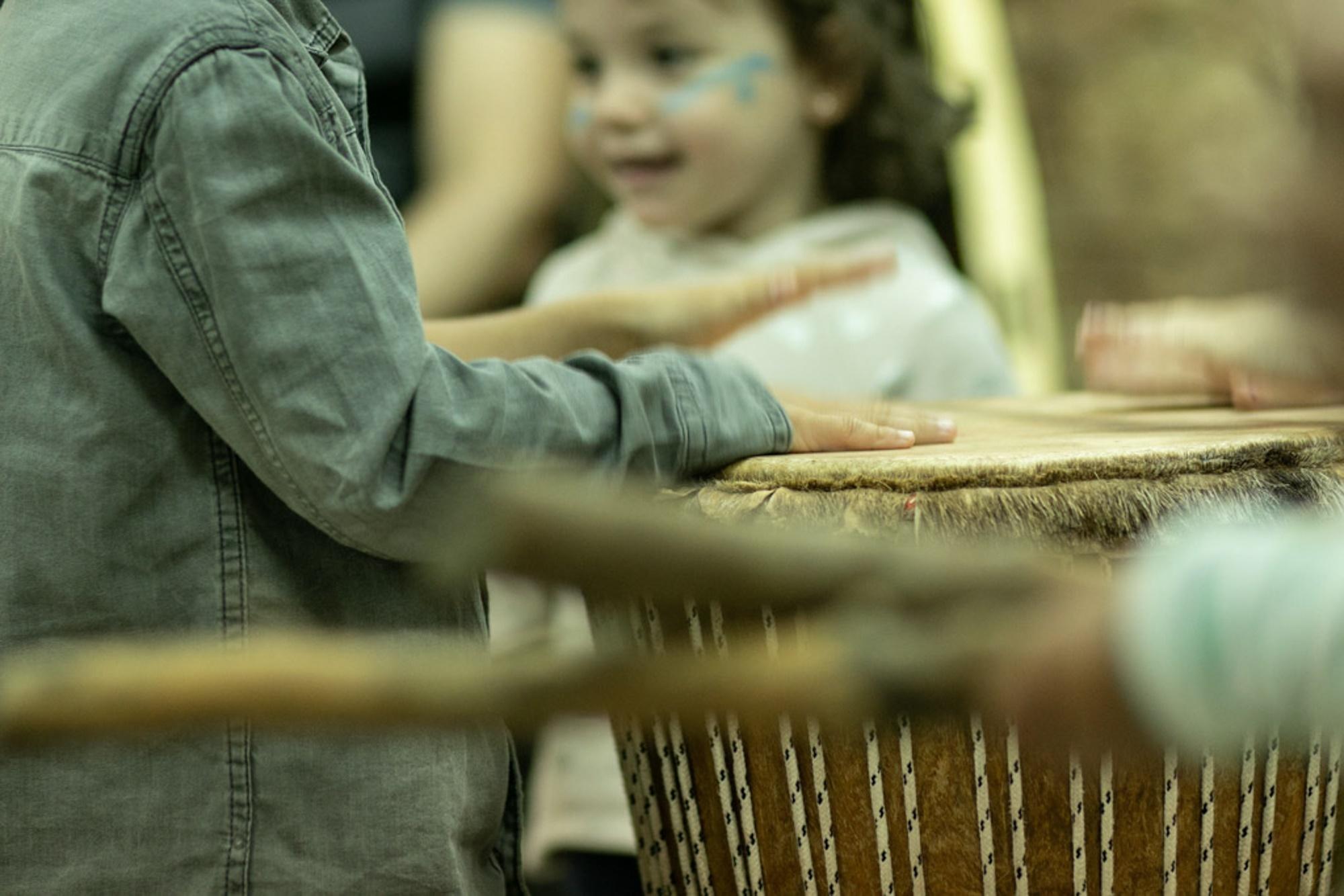 Sabiendo sus orígenes, el tambor suena mejor.