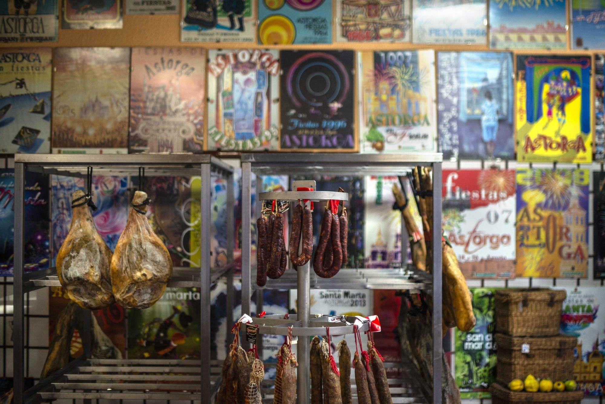La tienda de cecina y embutidos del último maragato, Antonio El Jamonero.