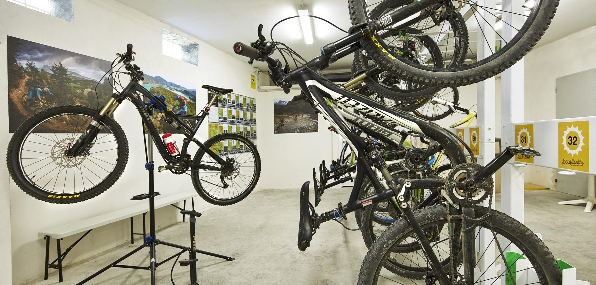 Bicicletero en Apartamentos 'Dos Ríos'.