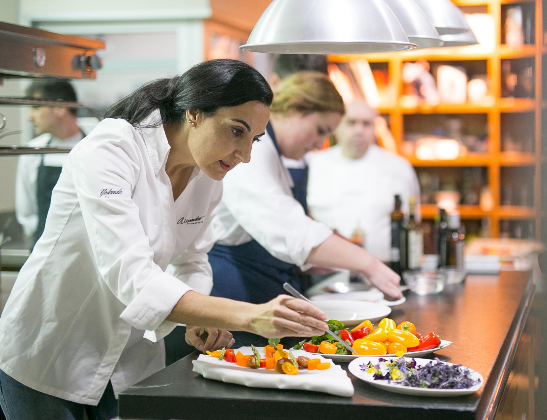Yolanda García investiga los usos culinarios de las malas hierbas. Foto: Javier Lozano / Maquinaria Creativos.