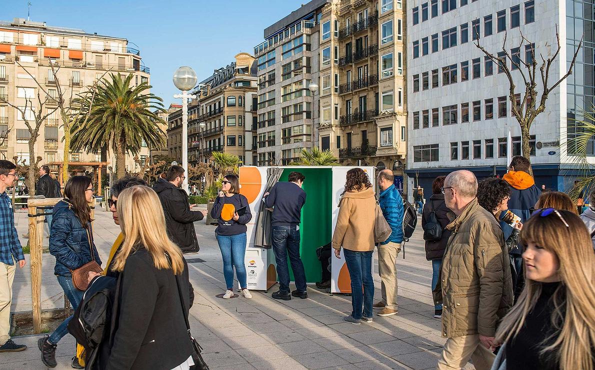 FotoSol (San Sebastián | Donostia) - Gente en el paseo con el fotomatón al fondo