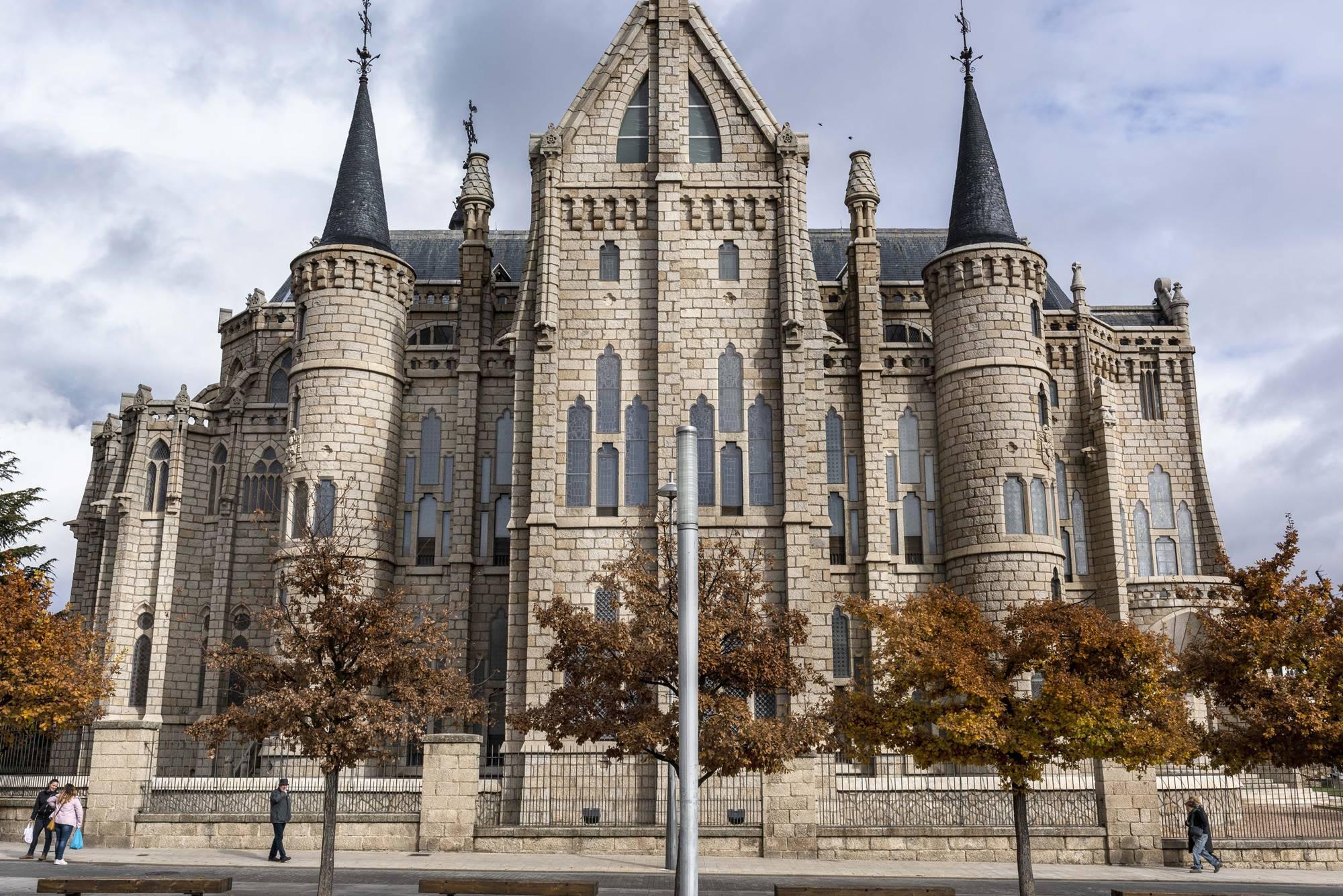 El palacio del obispado, obra de Gaudí y donde durmió Napoleón antes del incendio.