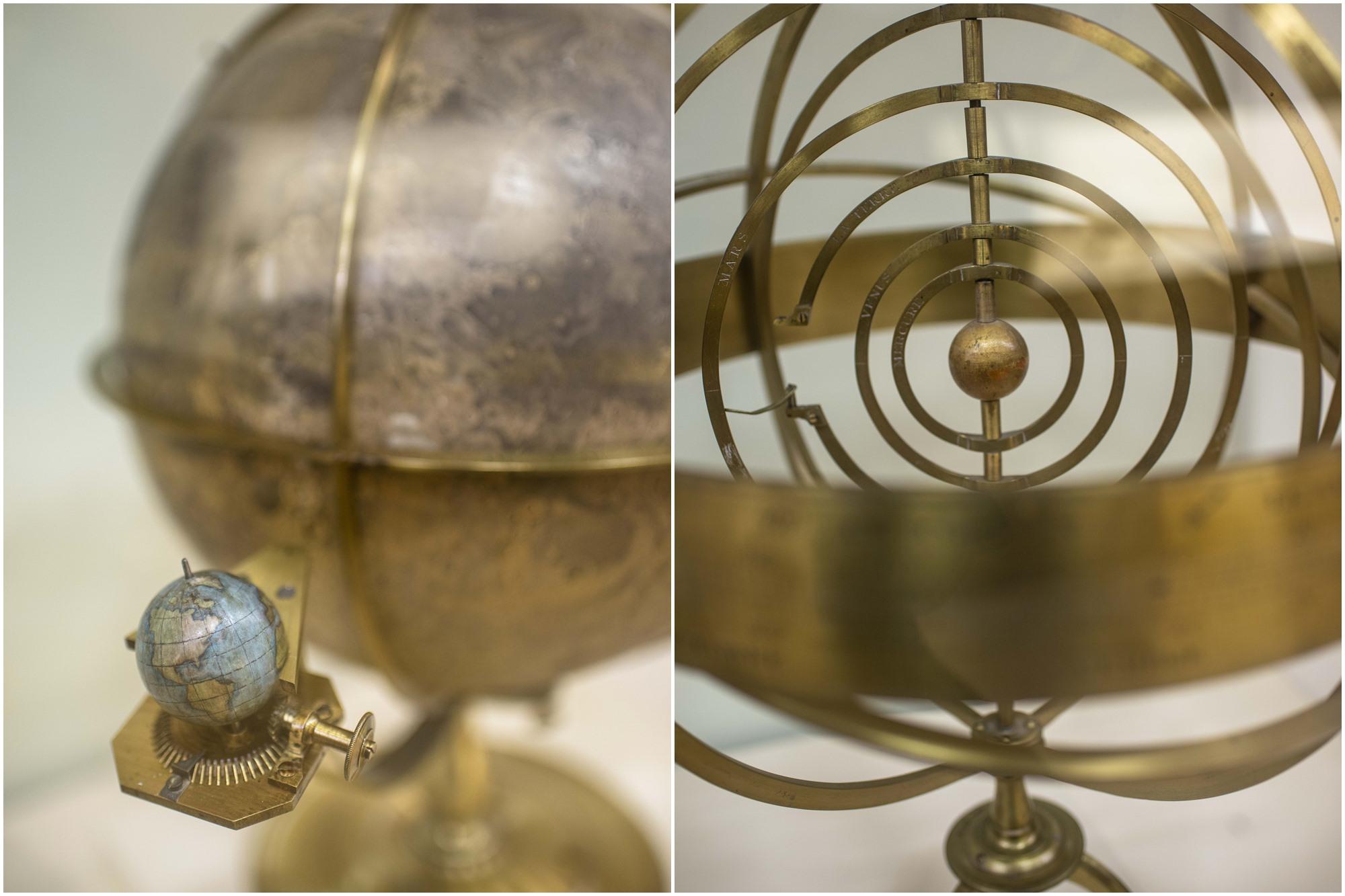 Esfera lunar y esfera armilar heliocéntrica en la Sala de Ciencias de la Tierra y del Universo.