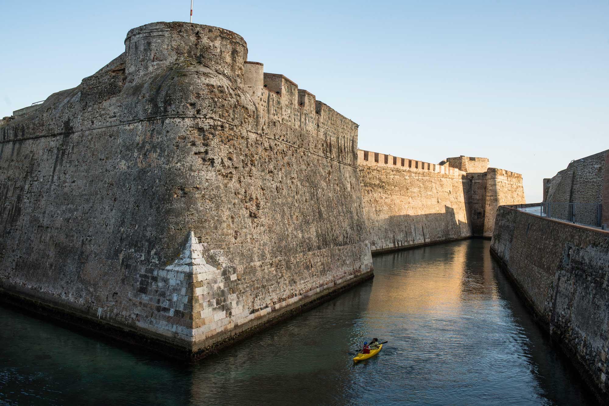 Las Murallas Reales se pueden visitar en kayak a través de su foso navegable.