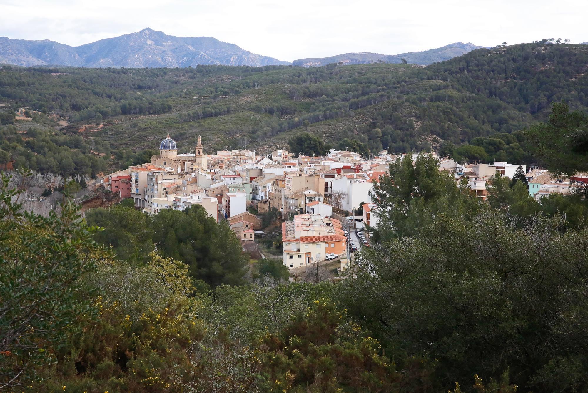 El municipio de Navajas asoma entre el bosque levantino.