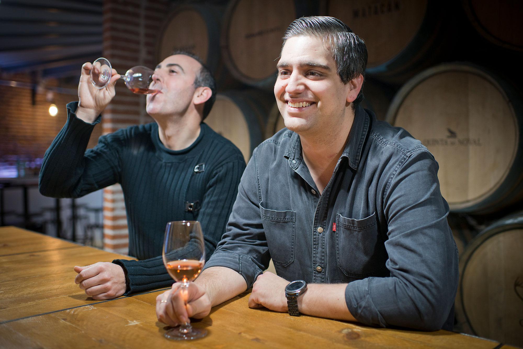 Iván Villanueva y Javier Martín, en la zona de catas del piso de abajo, donde también celebran fiestas privadas.