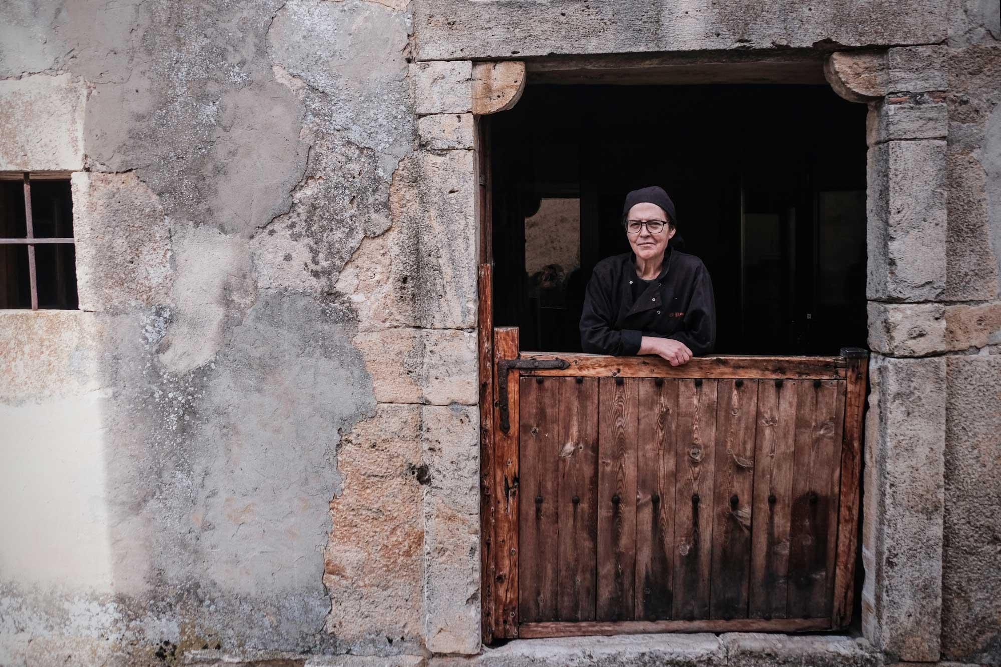 Begoña Pérez, hostelera del pueblo, regenta una casa rural y el restaurante 'El Palomar'.