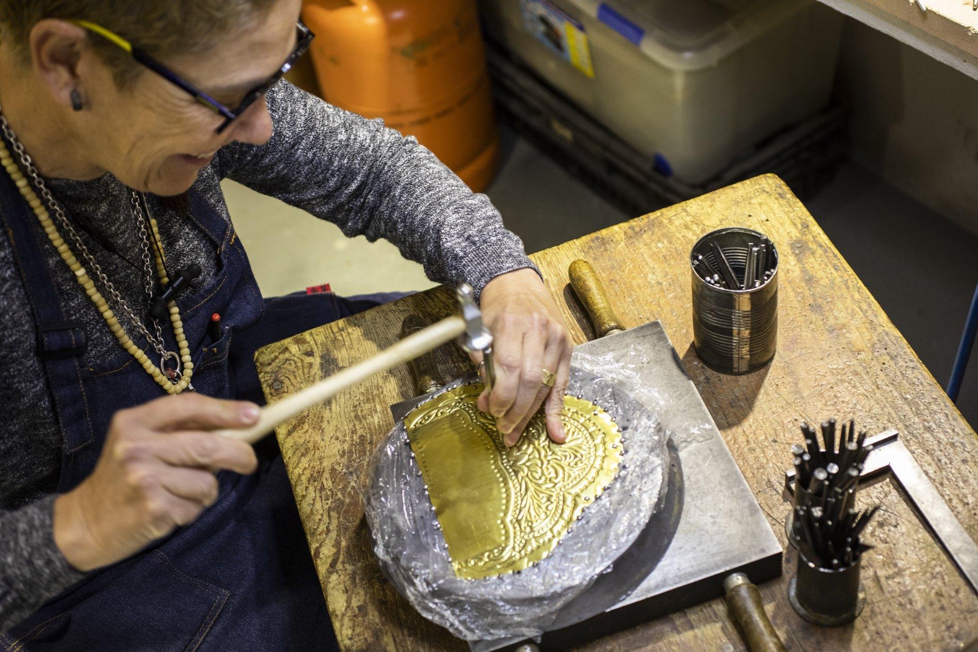 En 'Peris Roca' se elabora la orfebrería de los trajes regionales valencianos desde hace un siglo.