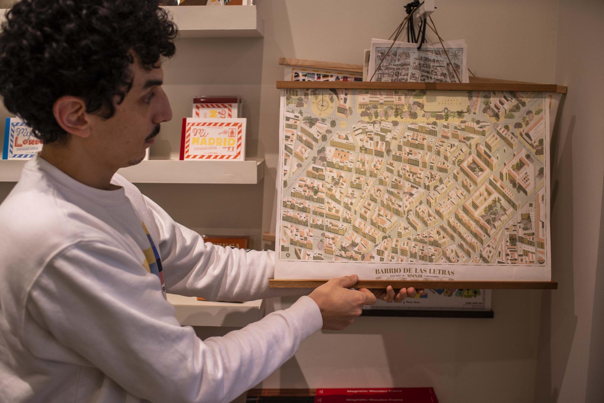 Pablo Baqués sostiene el mapa del Barrio de las Letras, ya un clásico en las tiendas alternativas de Madrid.