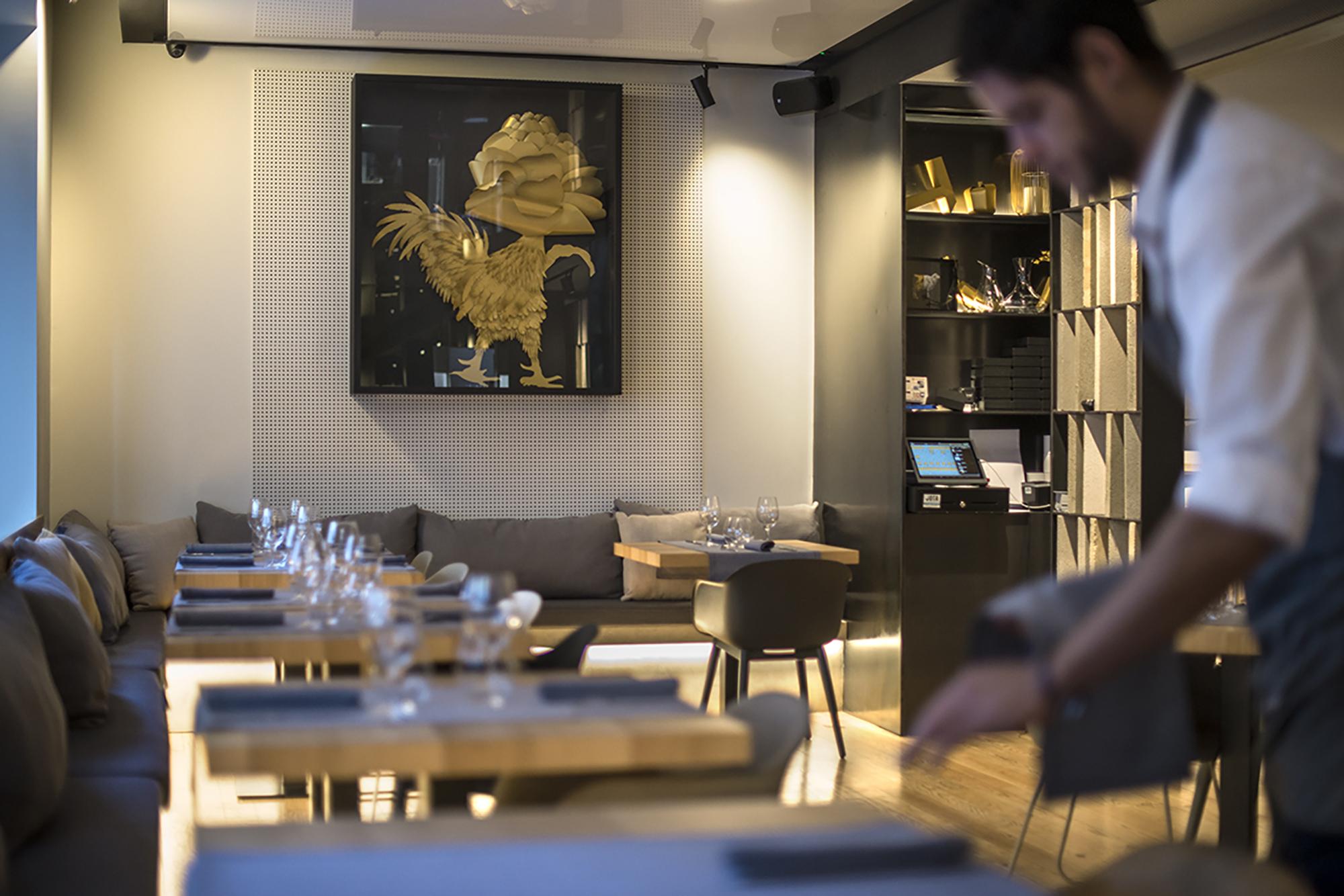 Un pollo con cabeza de alcachofa preside el salón del restaurante.