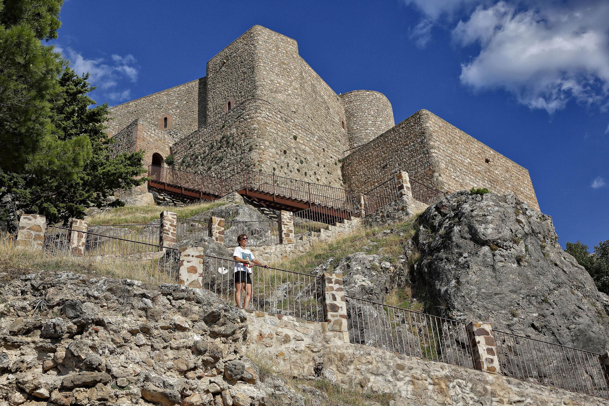 Una camino con 88 peldaños lleva a la entrada del castillo.