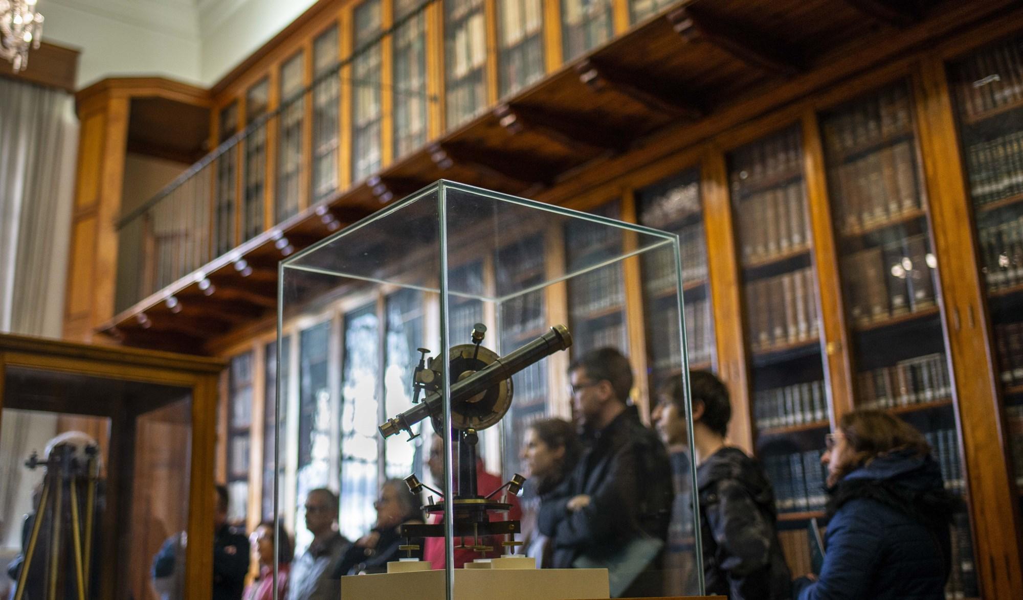 Las explicaciones de María se entienden mejor en el interior de la biblioteca del edificio de Villanueva.