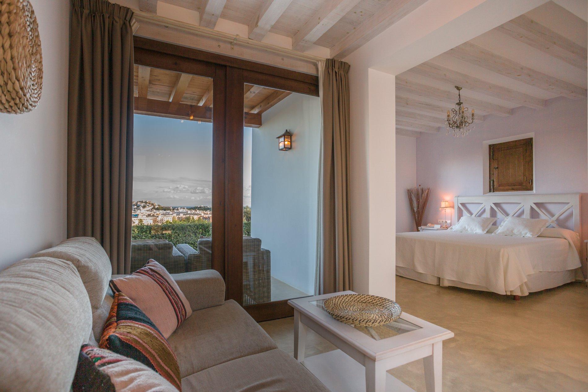 Los tonos blancos, beige y tierra dan calidez a las distintas estancias, que cuentan con una pequeña terraza ajardinada.