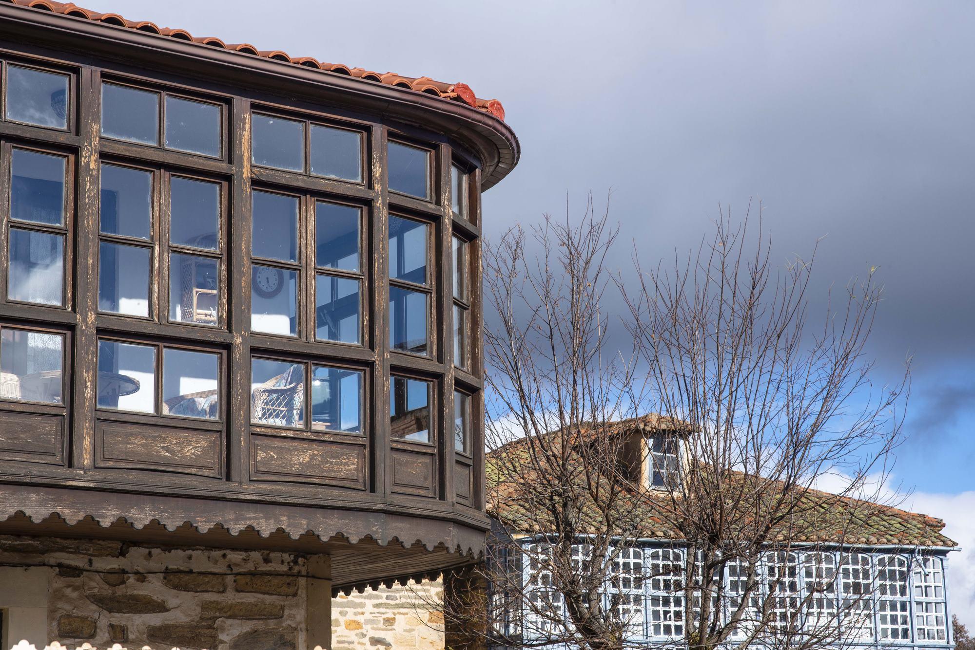 Las ricas fachadas hacen de Santa Colomba uno de los pueblos más atractivos de la comarca.