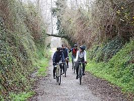 Un viaje a pedaladas entre naranjos y vías férreas