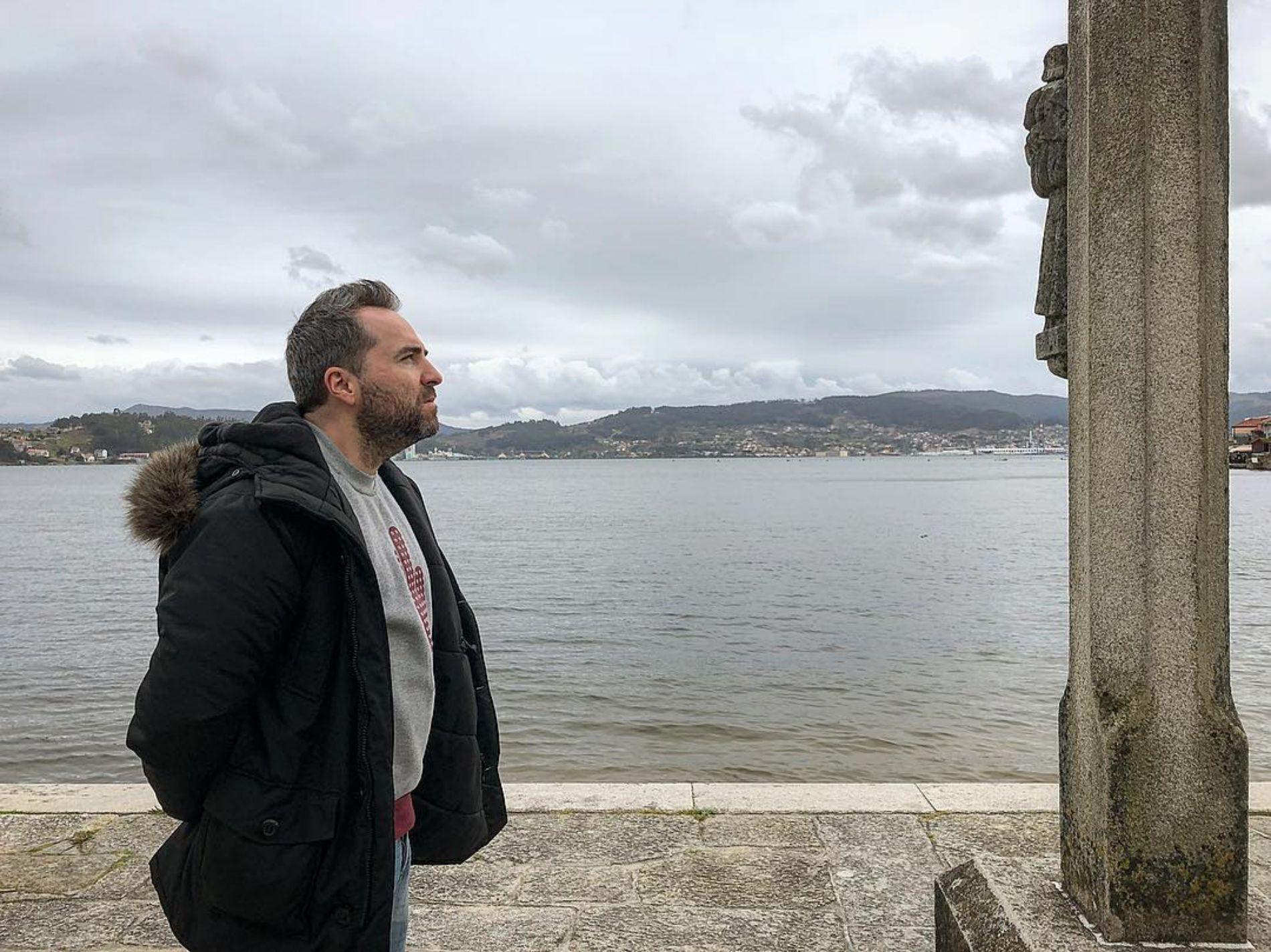 En Cambados, la capital del albariño, el humorista Raúl Pérez, asomado a la ría de Arousa. Foto: Instagram.