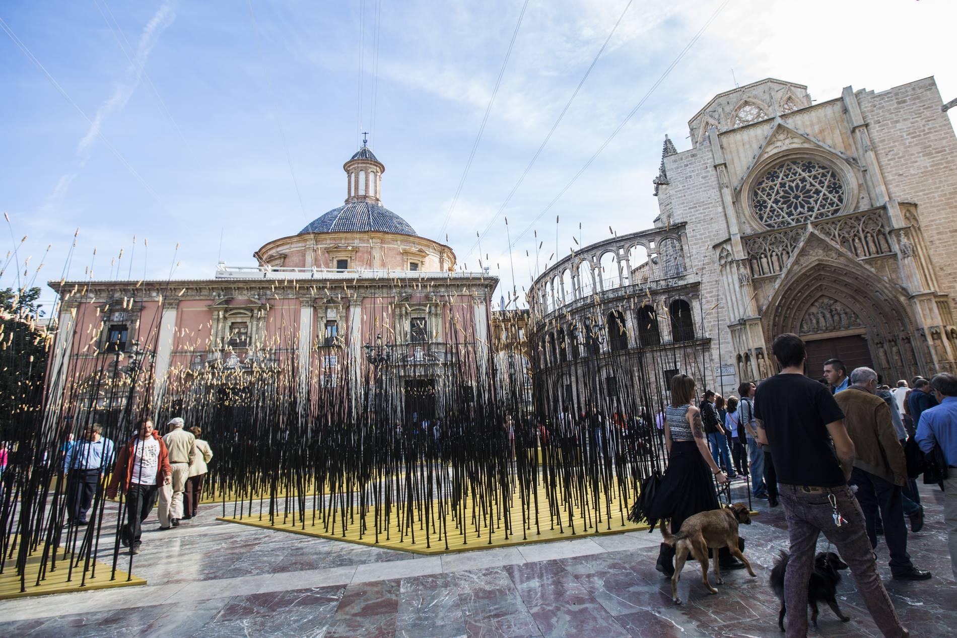 La plaza de la Virgen de Valencia, cual campo de cebada en en Intramurs 2015.