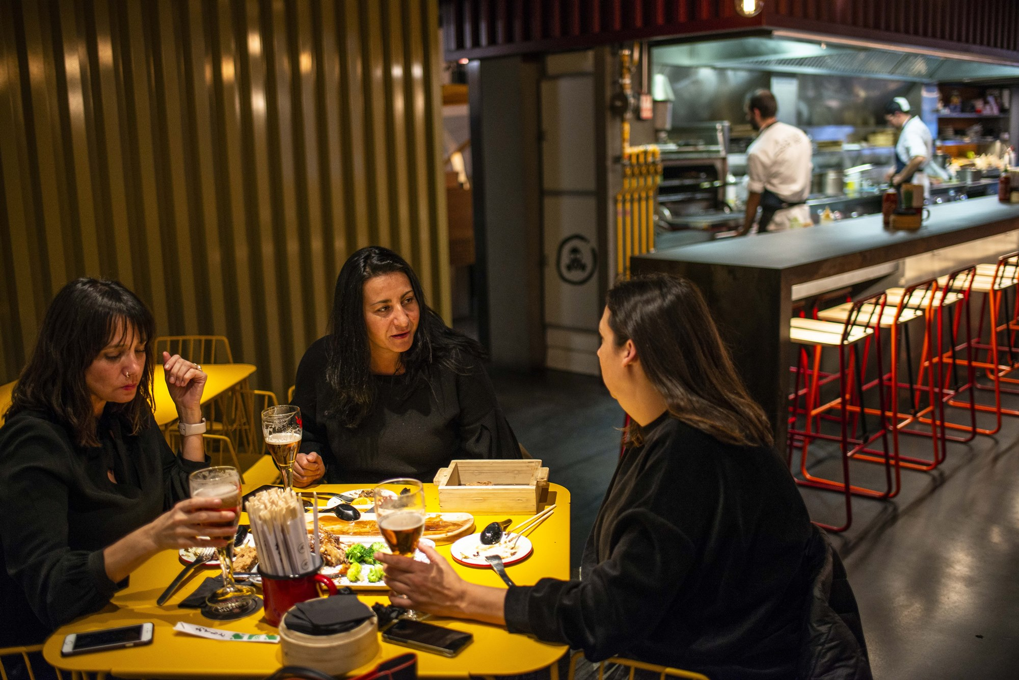 Las mesas de 'Arallo Taberna' comparten espacio con la barra-cocina, que es casi un escenario.
