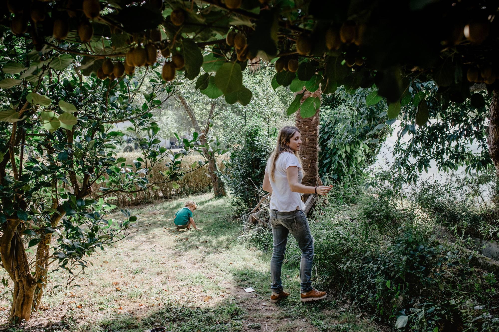 Lucía y Mauro, manos en tierra, en la huerta familiar en las afueras de Santiago.