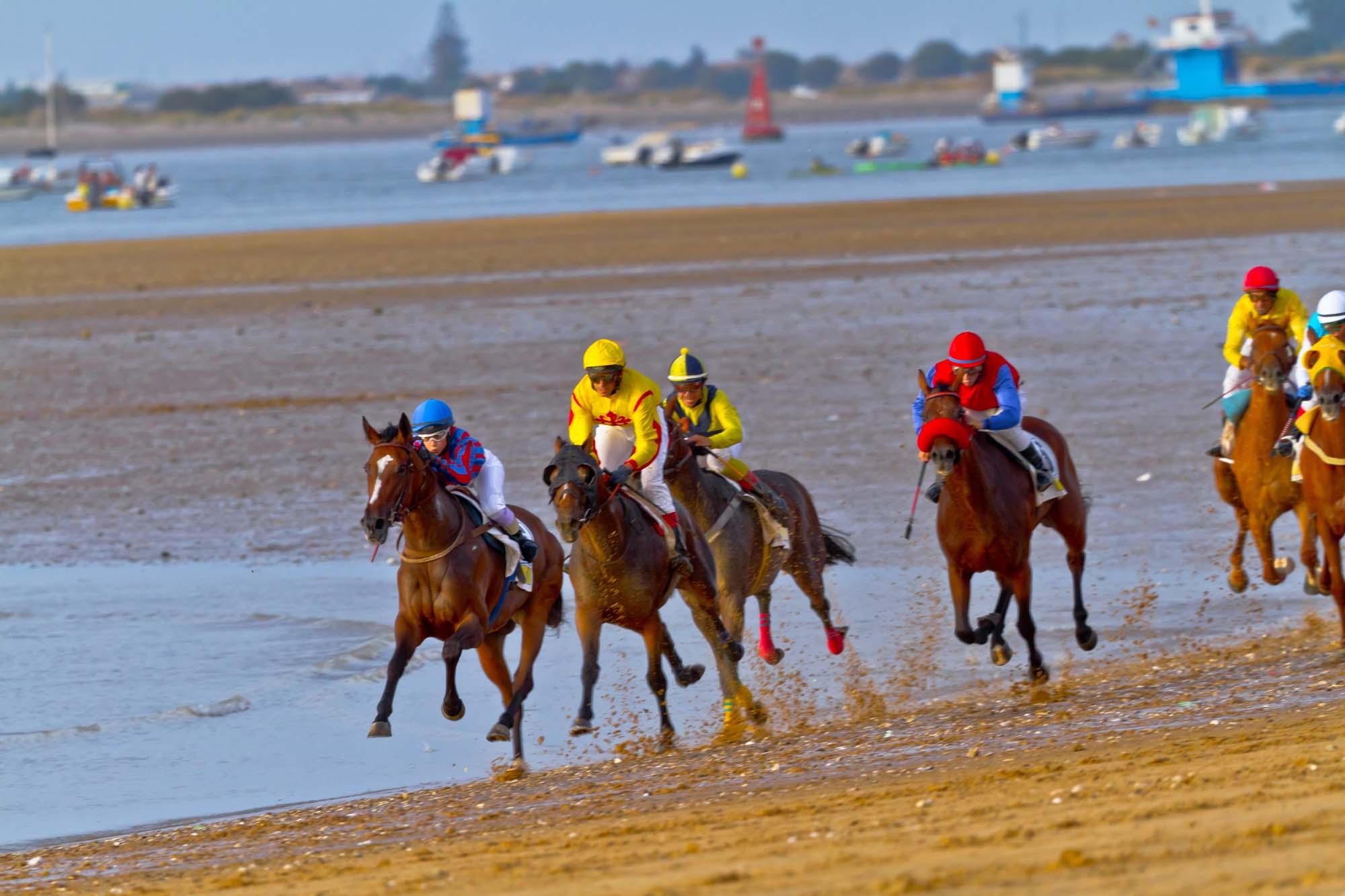 Las carreras de caballos en las playas de este municipio gaditano son uno de sus grandes atractivos. Foto: Shutterstock.