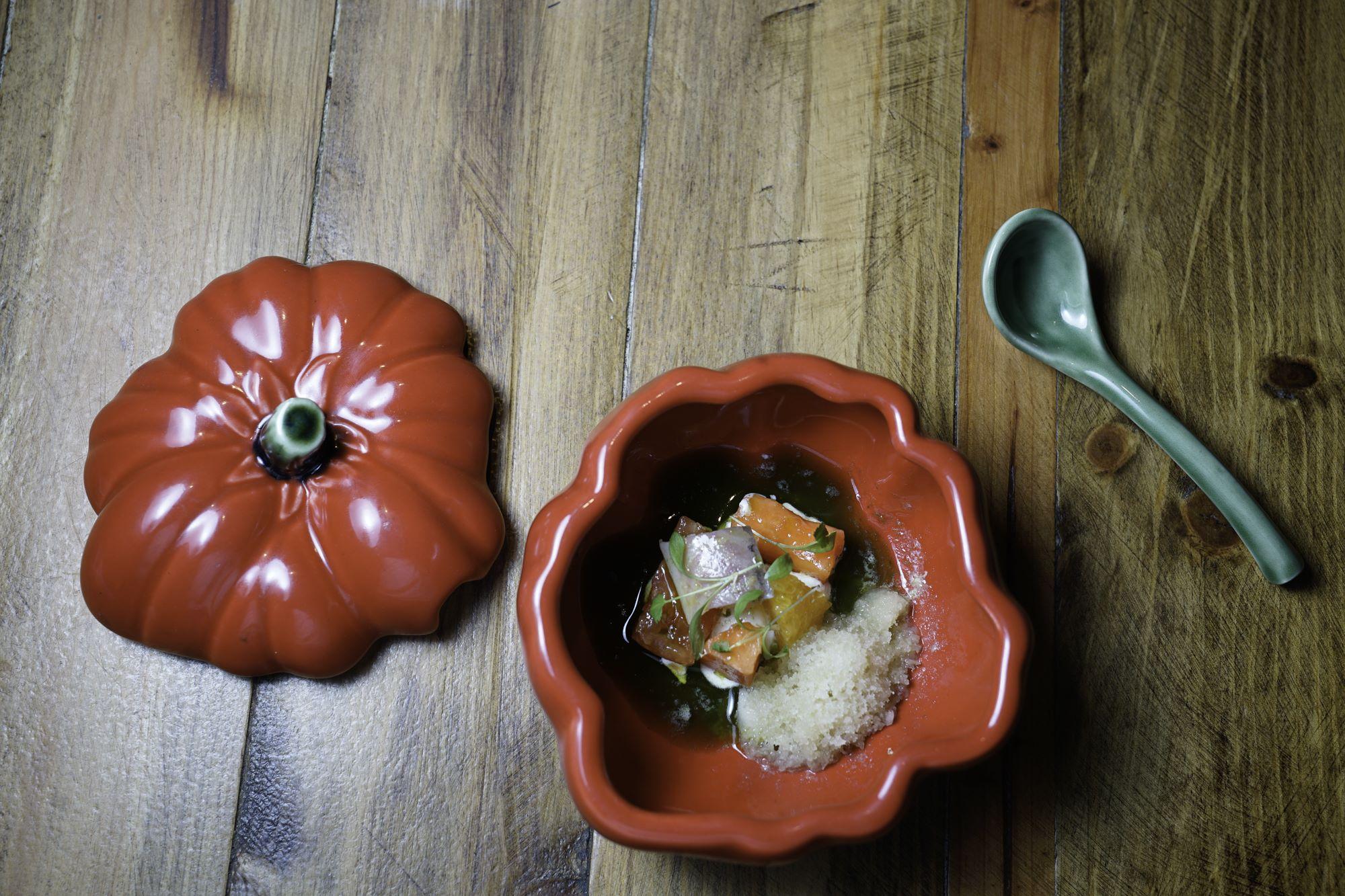 Ensalada de papaya, tomate, anguila, queso de cabra y granizado de lima limón.