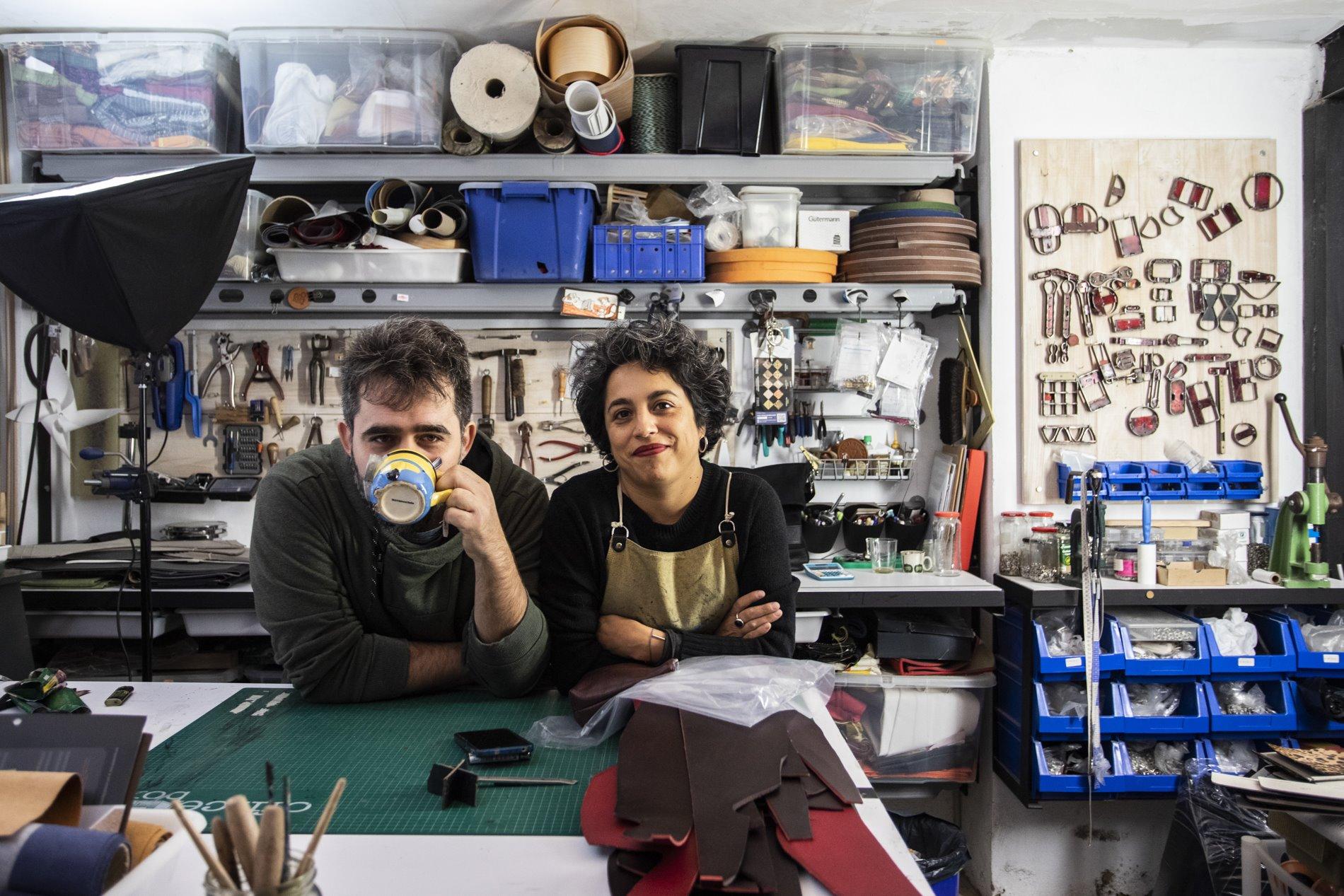 Alejandra y Ruggero posan tranquilos en el caos de su taller.