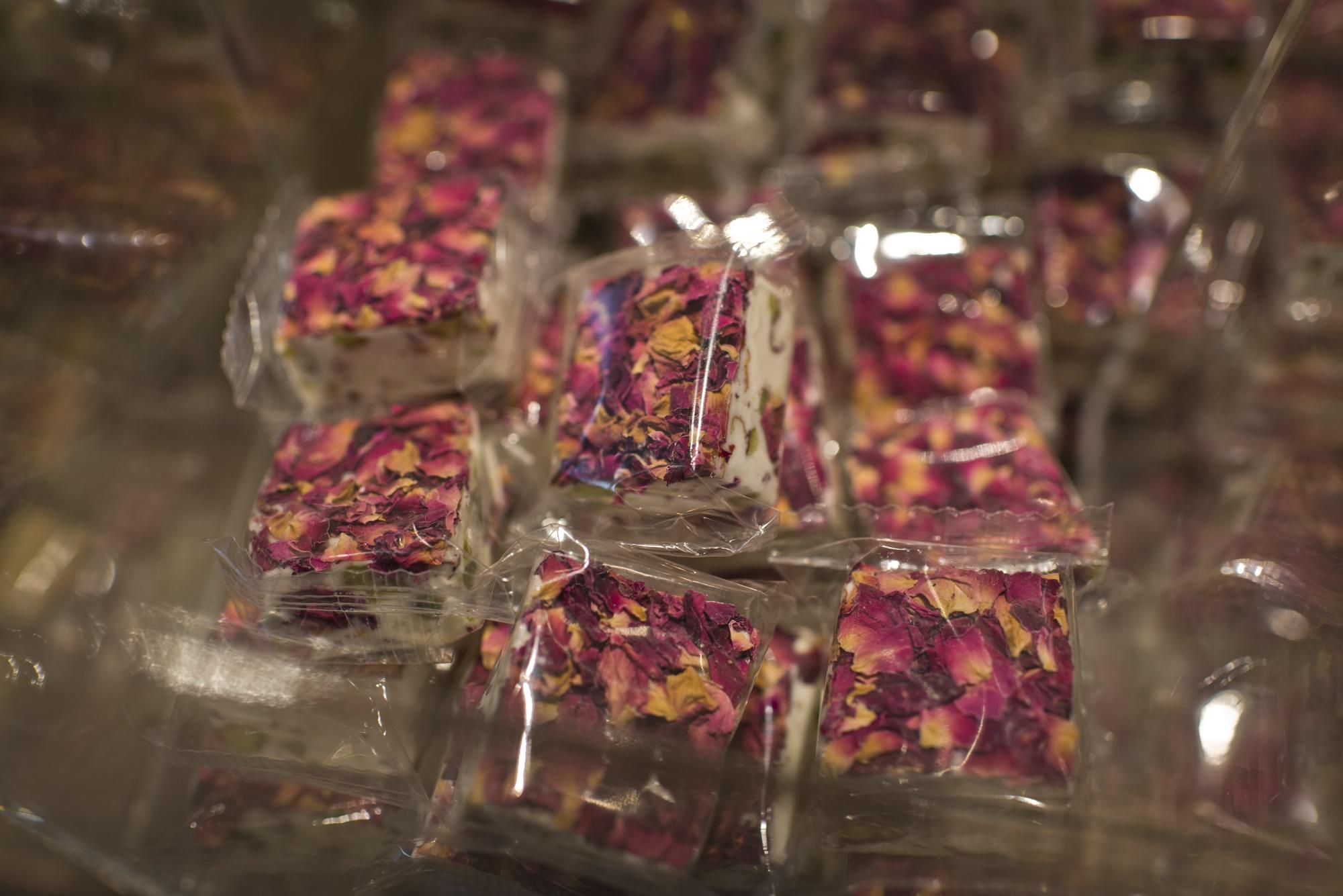 Turrón de pistacho con pétalo de rosa en NutNut.