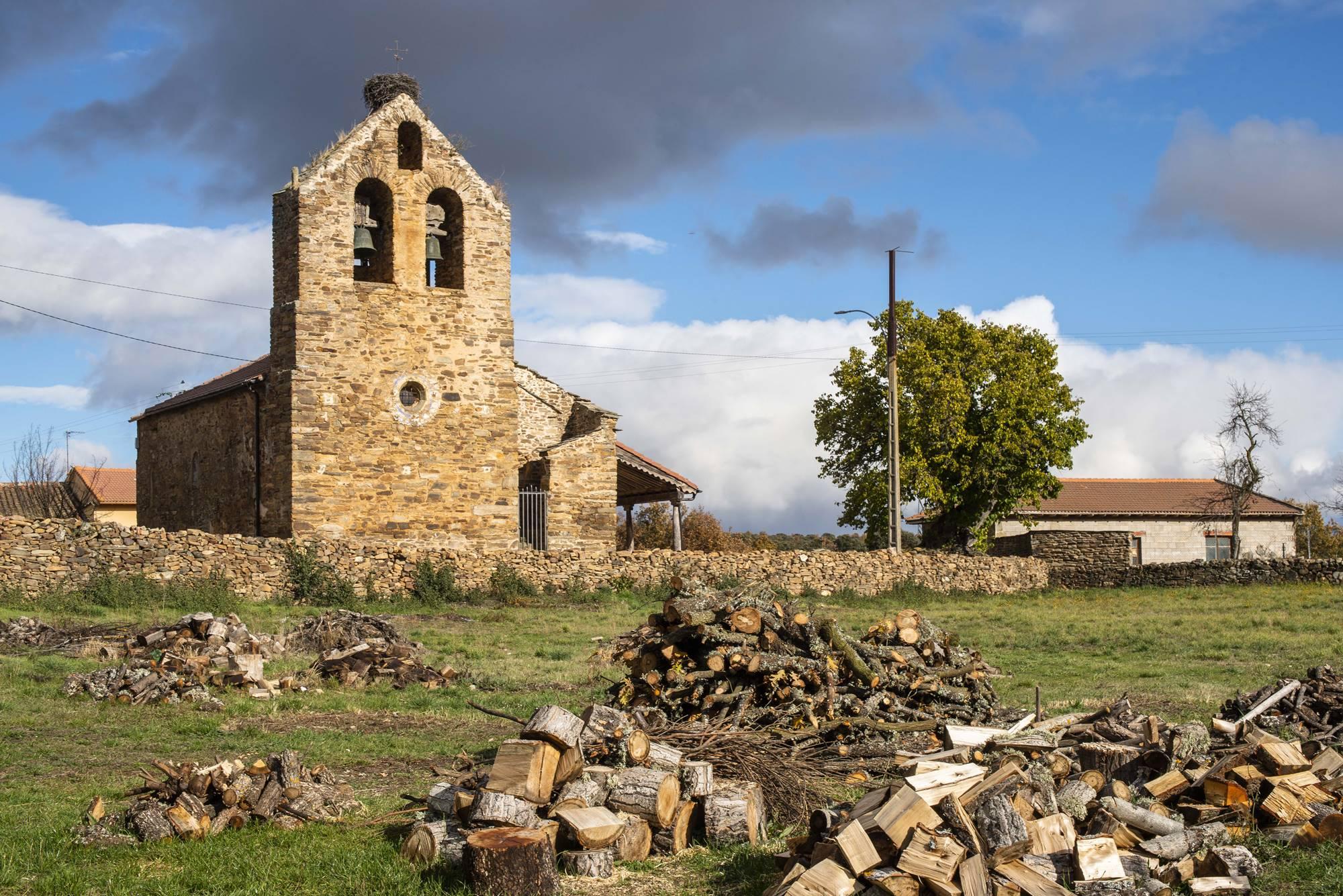 Iglesia de Pedredo. El campanario de espadaña, un clásico en la Maragatería que vieron Borrow y Ford.