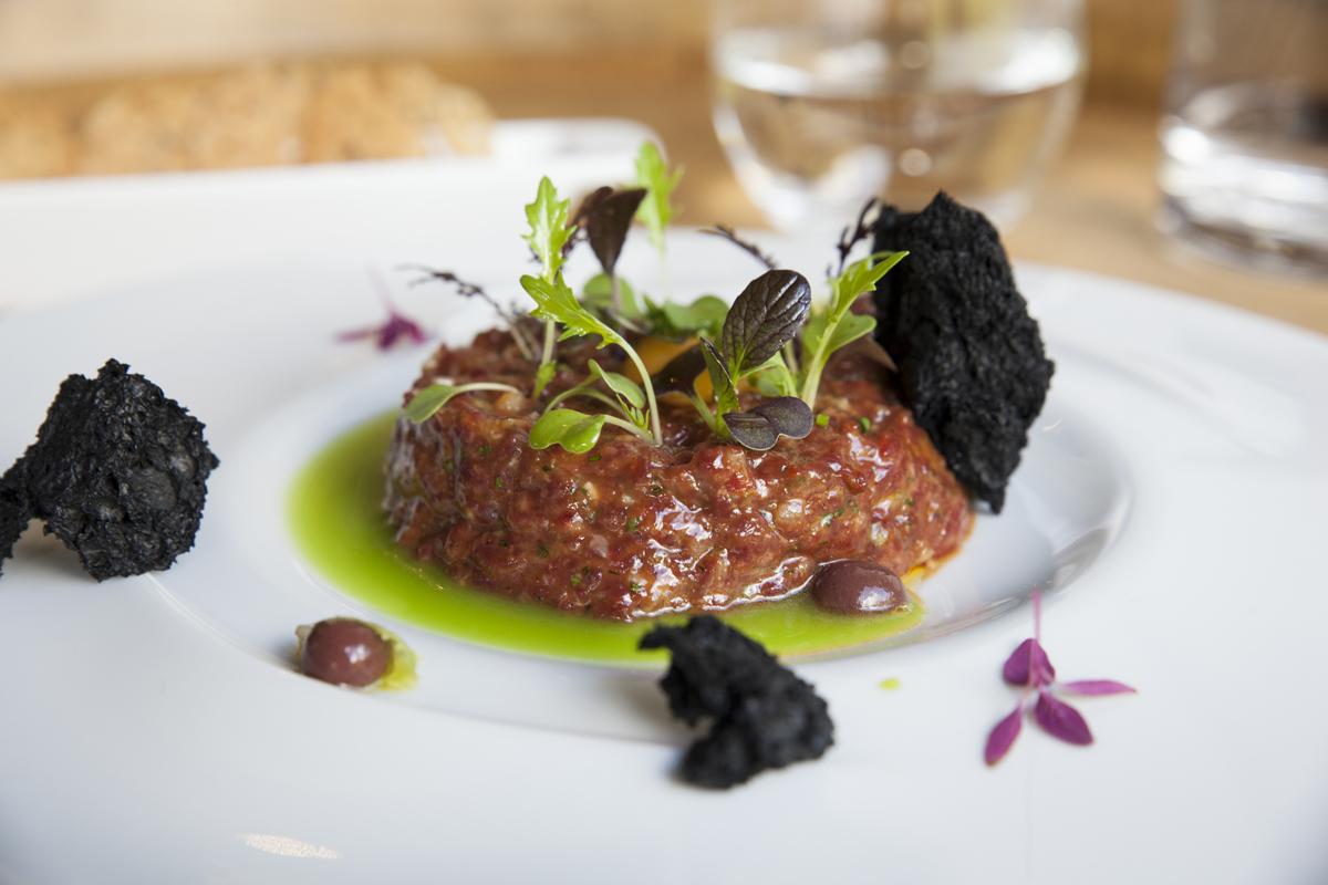 'Steak tartar Premium' con jugo verde de olivas, del restaurante 'Eme Be Garrote', en Donosti (Recomendado por Guía Repsol).
