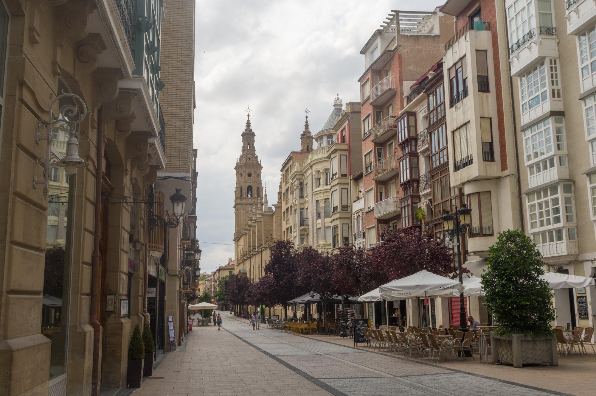 Santa María la Redonda asoma por la calle principal de la ciudad. Foto: Shutterstock