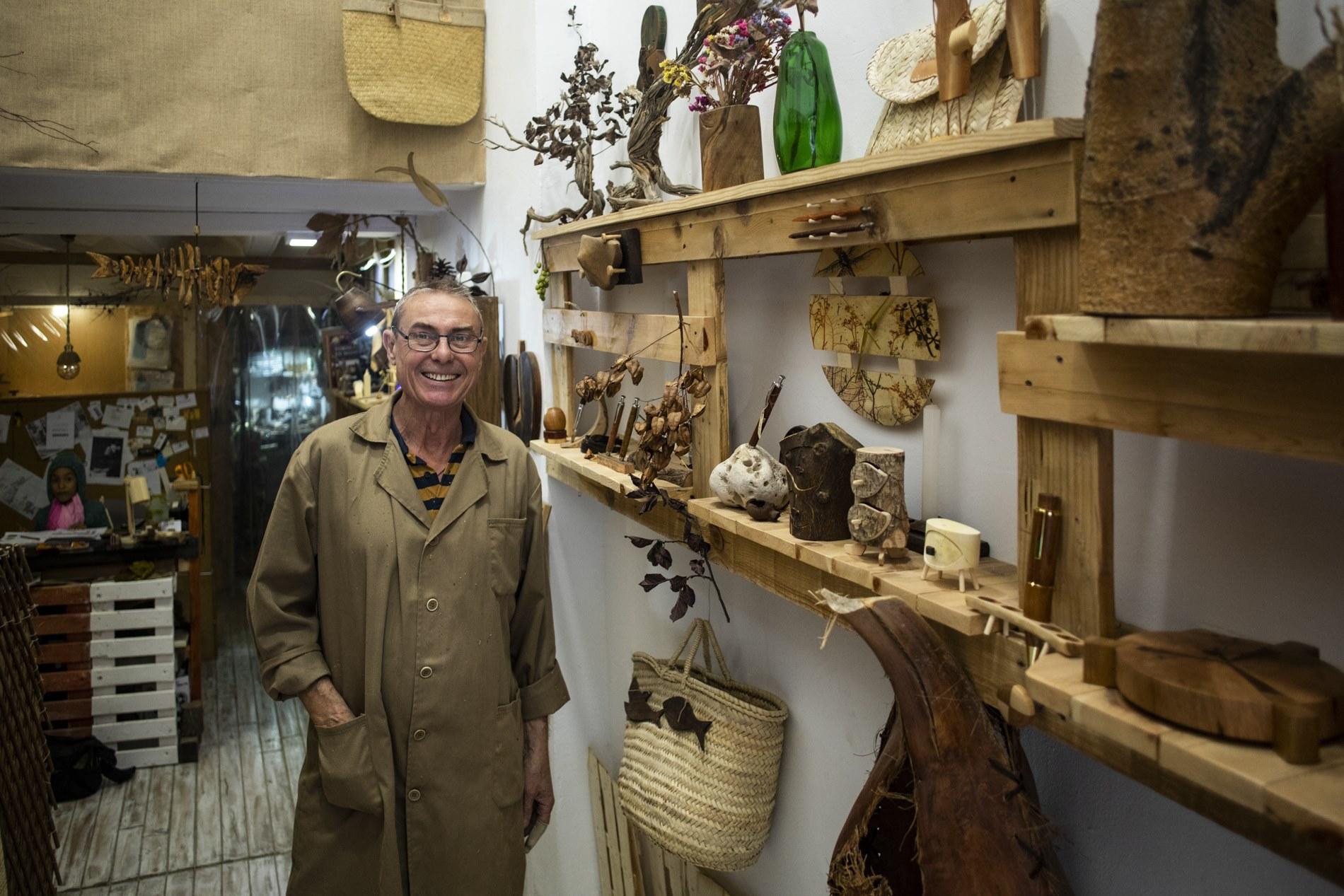 Antonio solo trabaja la madera y, desde hace unos años, con bastante éxito.